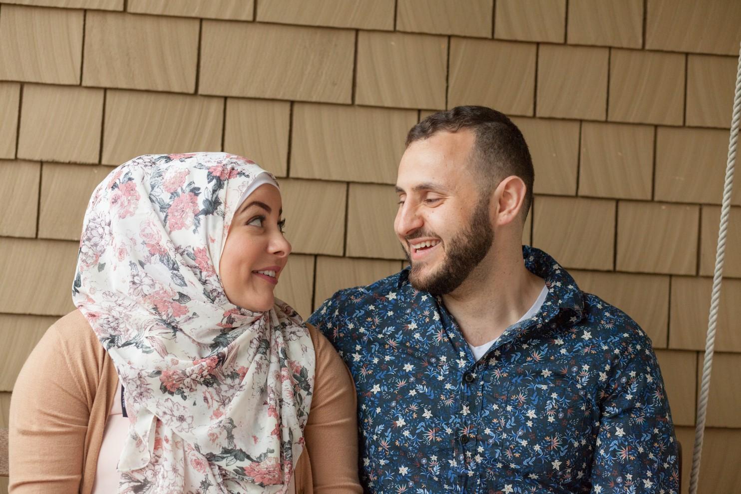 Amanda con su esposo, Hussein Saab. Él la acompaña en su emprendimiento anti-discriminación. (Meryl Schenker para The Washington Post)