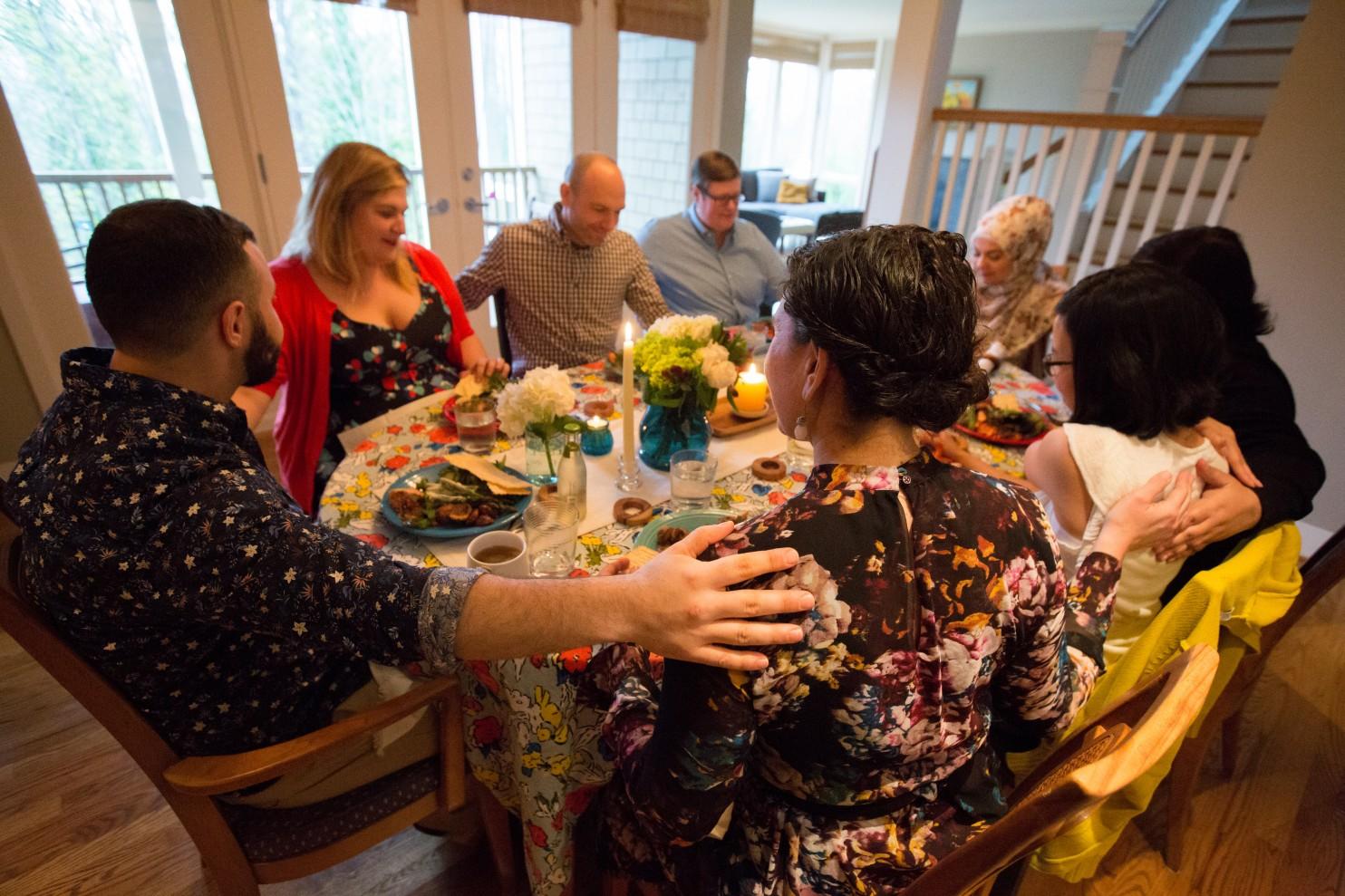 Amanda y Hussein Saab en casa de Stefanie y Nason Fox.(Meryl Schenker para The Washington Post)