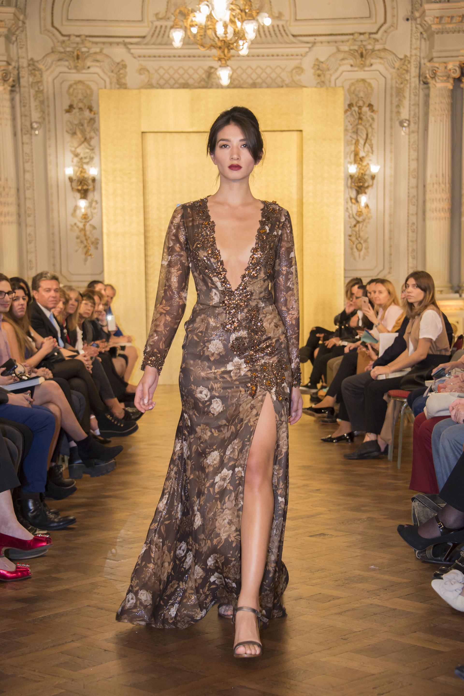 Vestido de gasa estampada marrón con tajo y bordado de piedras en escote y mangas (Dario Schaberger)