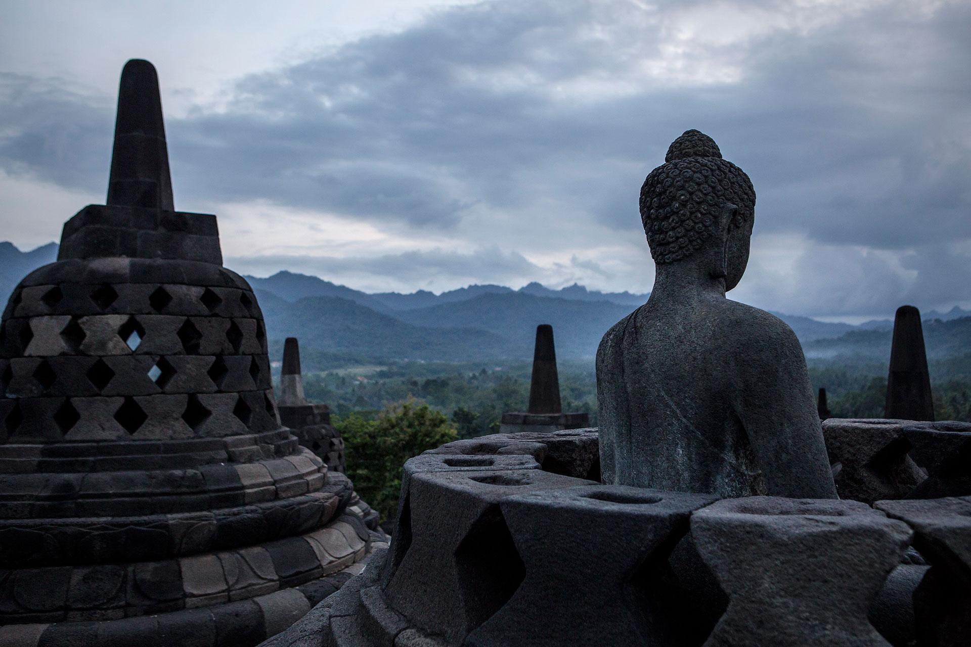 Una estatua del Buda en el templo Borobudur de Java, Indonesia, una de las atracciones turísticas más visitadas del país. (Getty)