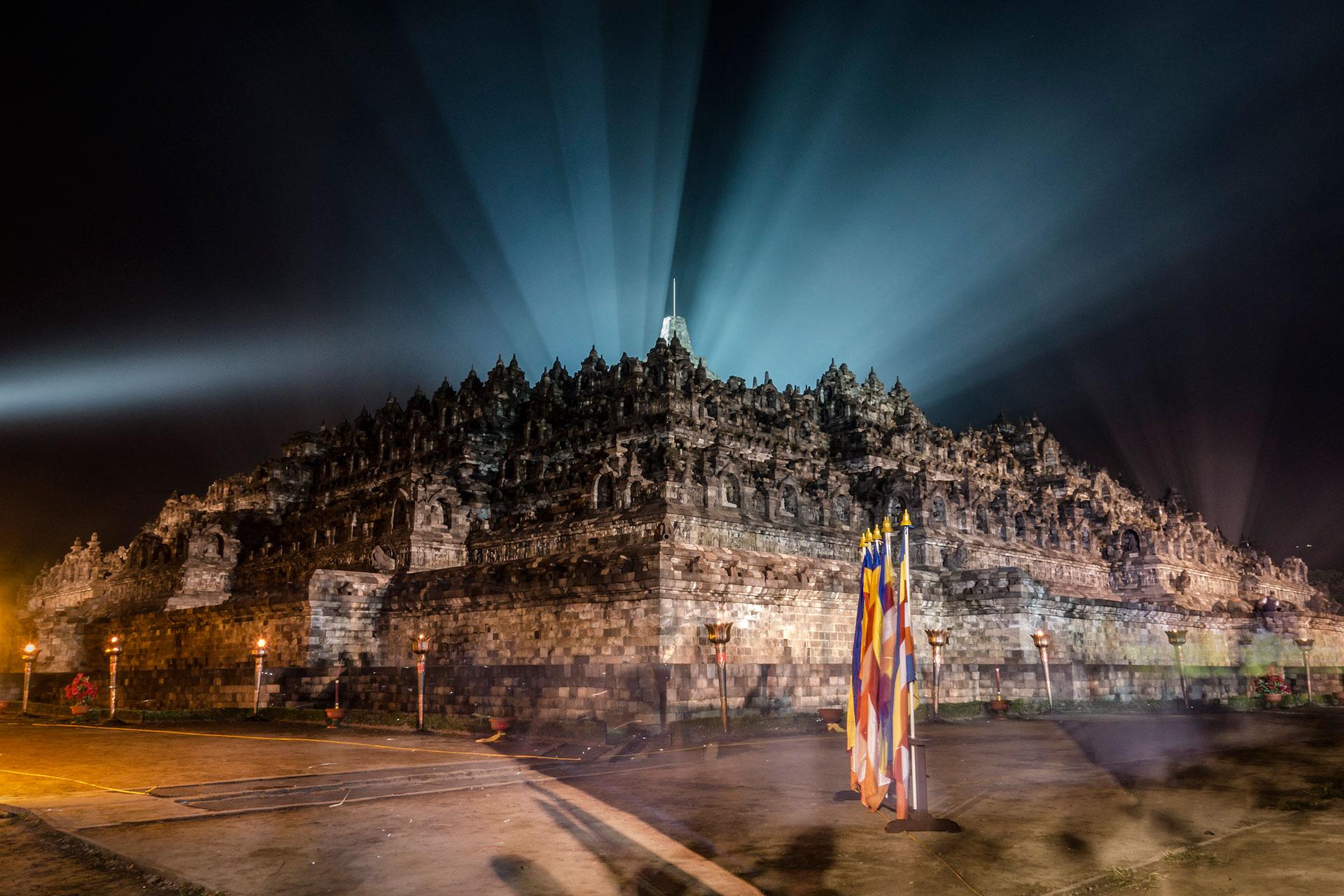 El templo de Borobudur iluminado en Java, Indonesia el 11 de mayo de 2017. (Getty)
