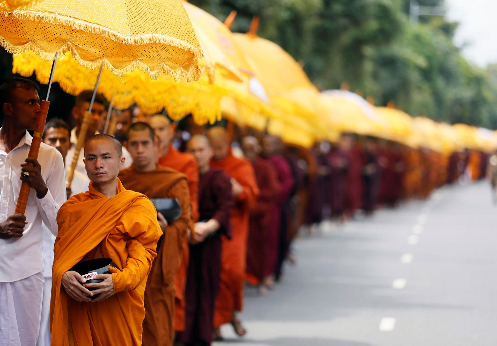 Monjes budistas piden limosna durante el festival Vesak en Colombo, Sri Lanka el 11 de mayo de 2017.(Reuters)