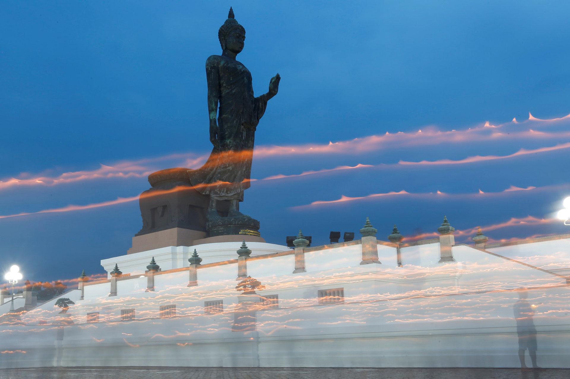 Budistas cargan velas alrededor de una estatua del Buda en Bangkok, Tailandia el 10 de mayo de 2017. (Reuters)