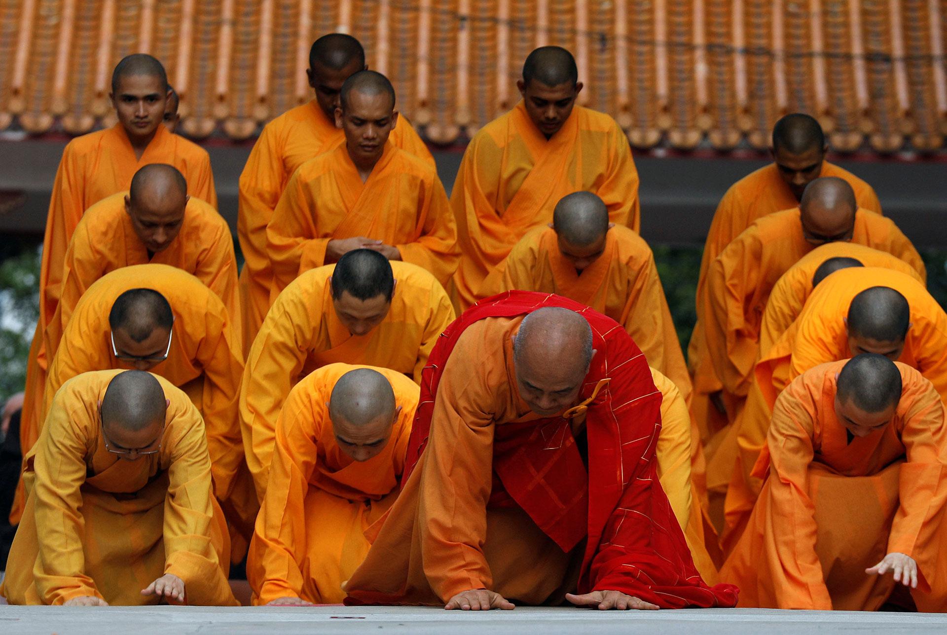 Monjes budistas postrados en un monasterio en Singapur el 9 de mayo de 2017. (Reuters)