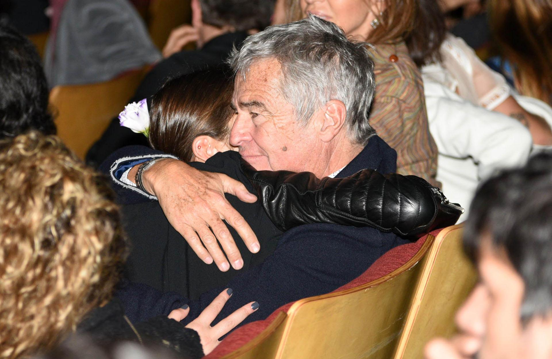 Ignacio Viale emocionado, abrazando a su hija Juana tras el estreno