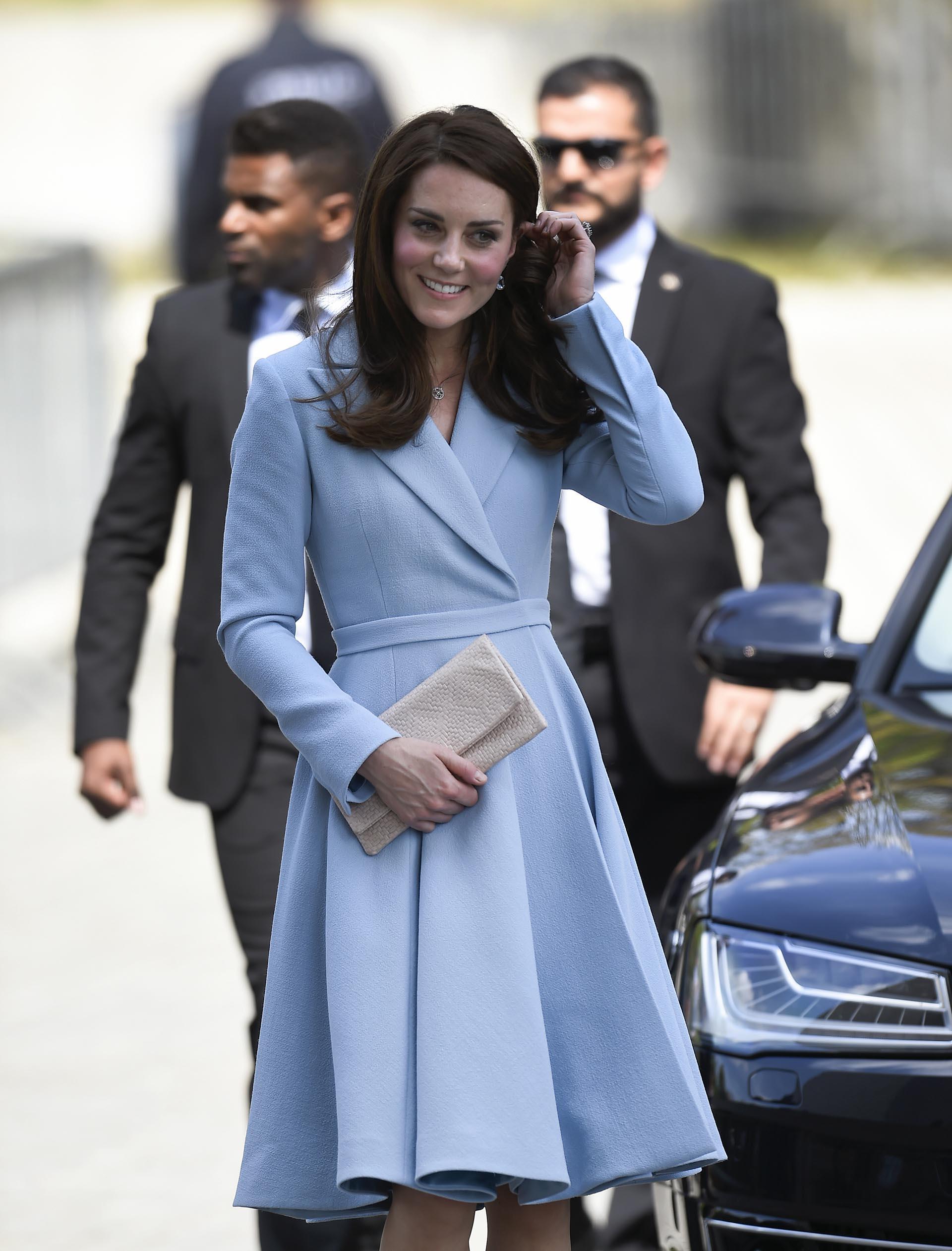 La caída perfecta de su amplia falda tableada combinaban a la perfección con el cuello solapa de este distinguido diseño