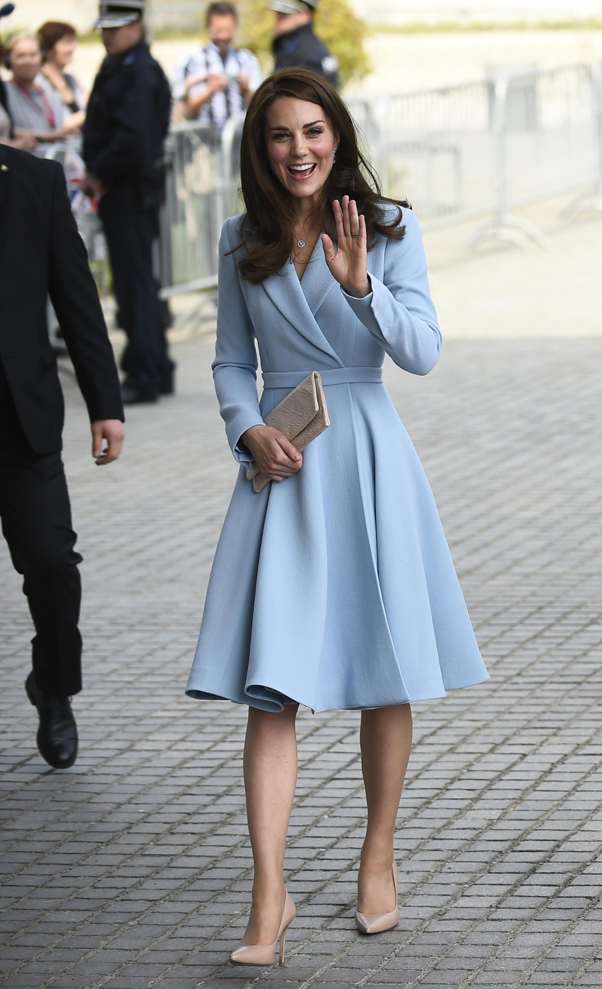 Catalina lució impactante con este elegante vestido celeste empolvado, que destacaba su pequeña cintura