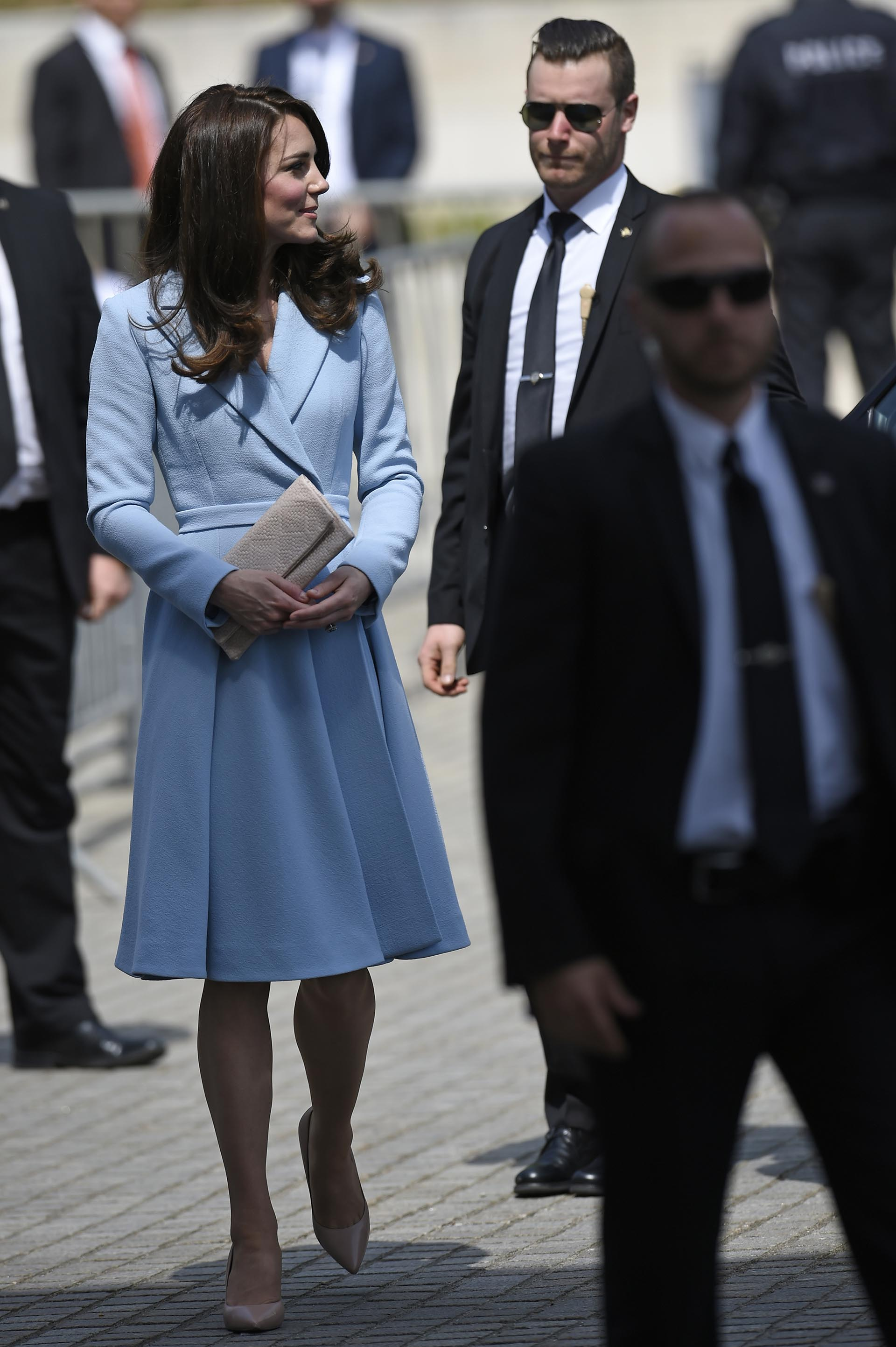 Catalina camina en medio de un fuerte operativo de seguridad