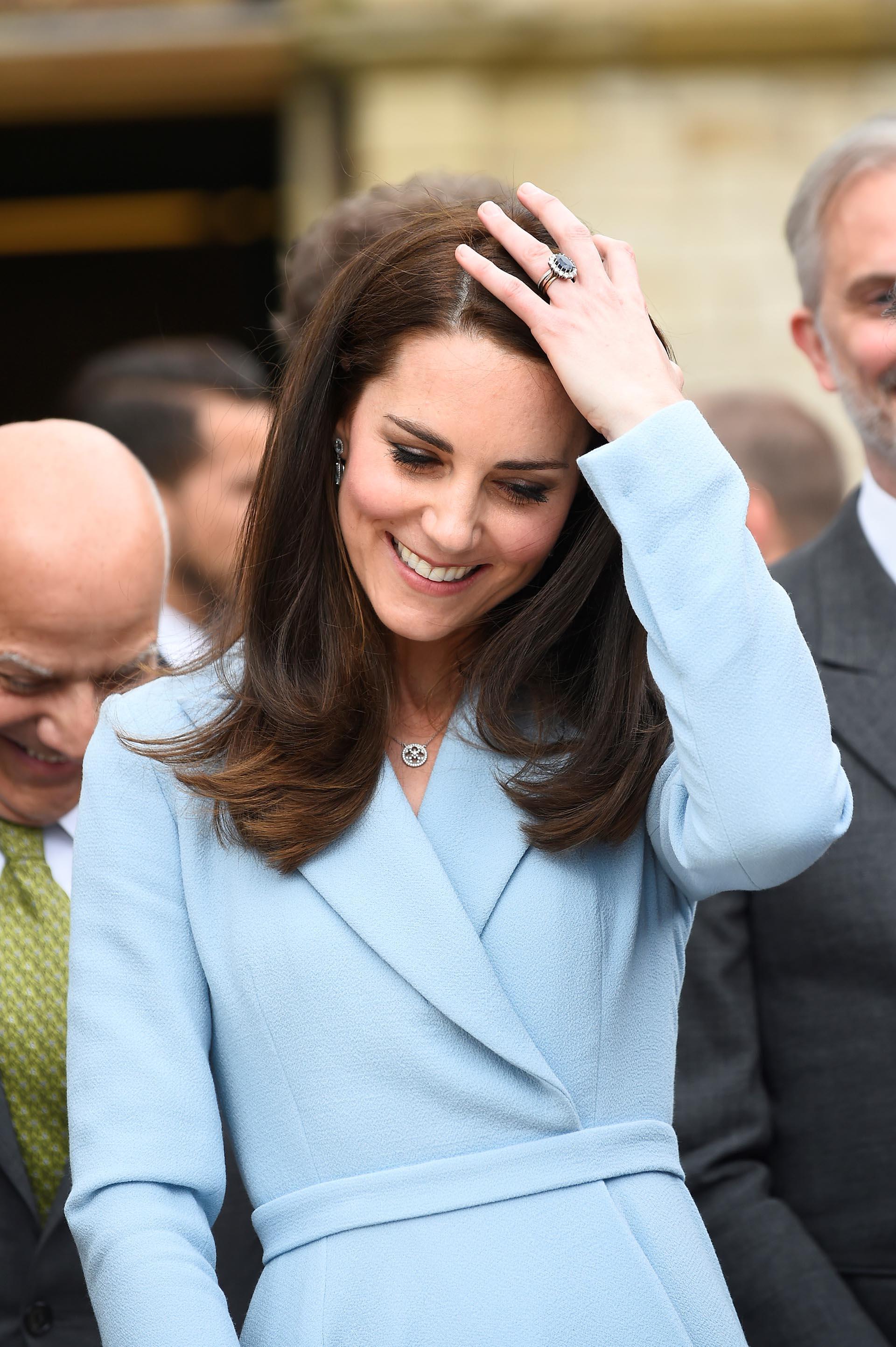 Catalina lució su larga cabellera castaña y, cuando una ráfaga de viento quiso despeinarla, volvió a mostrar su espectacular anillo de compromiso /// Fotos: AFP