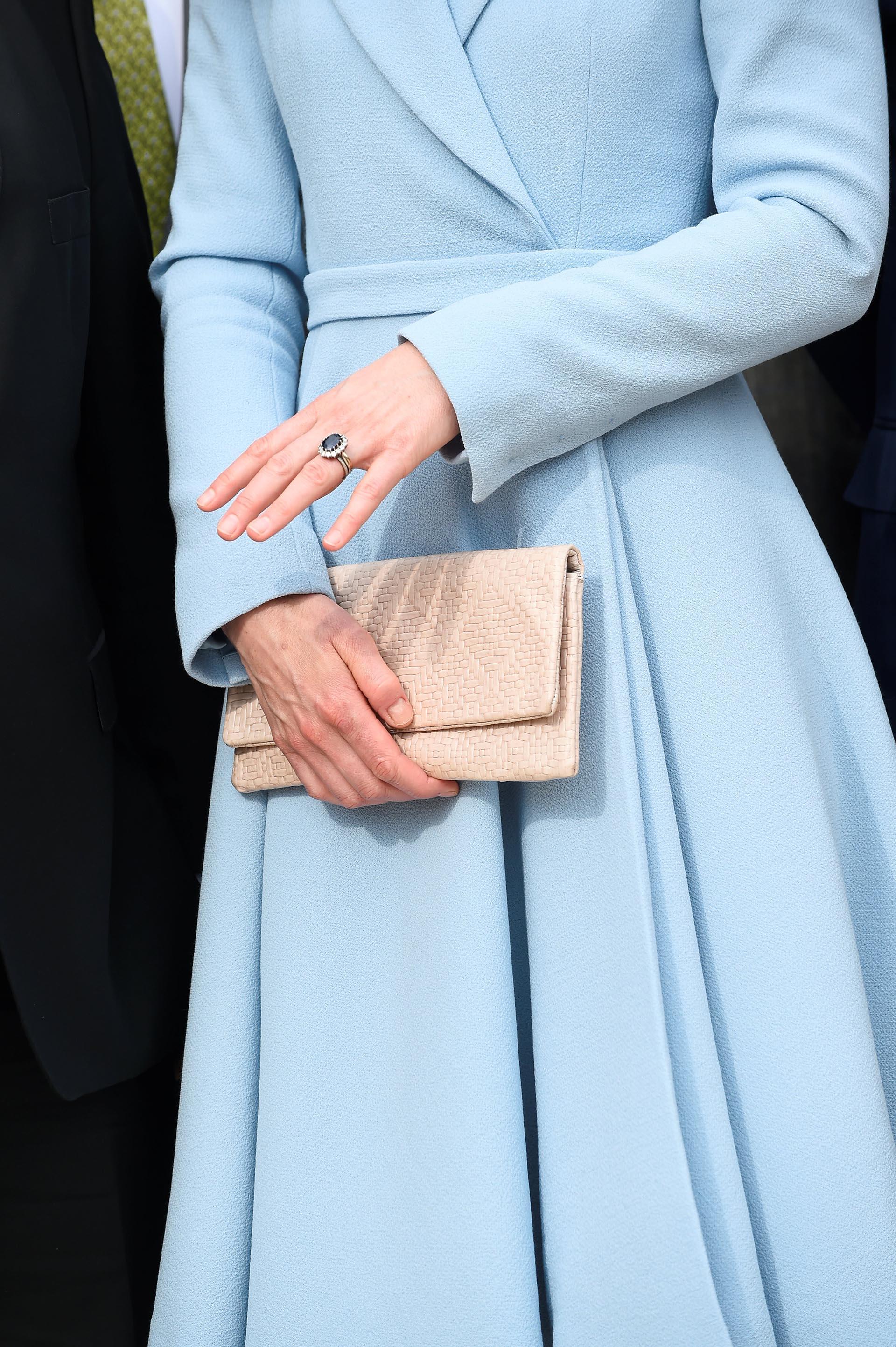 La reina lució su fabuloso anillo de compromiso y mostró una manicura prolija pero sin esmaltar