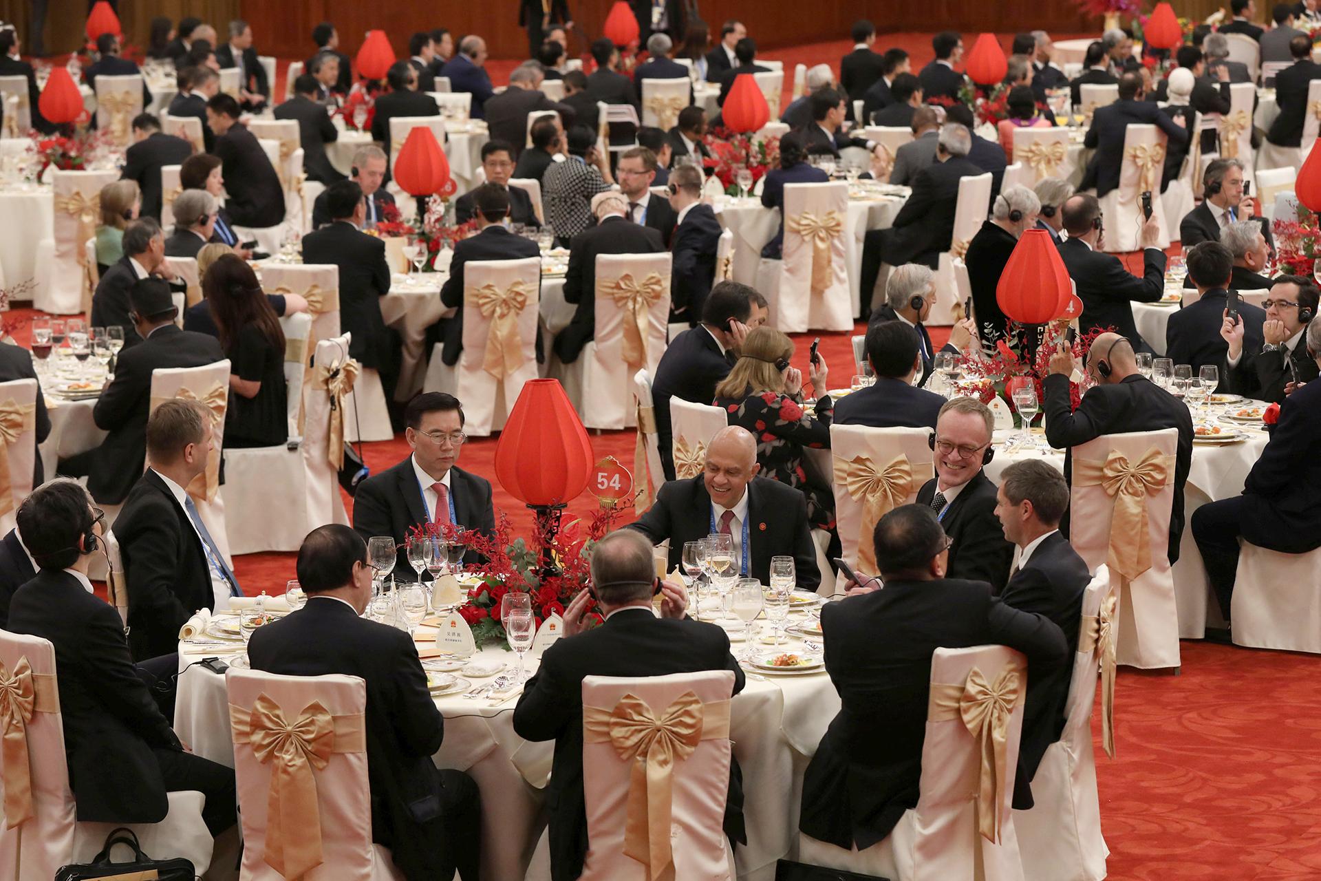 Los invitados participan del banquete