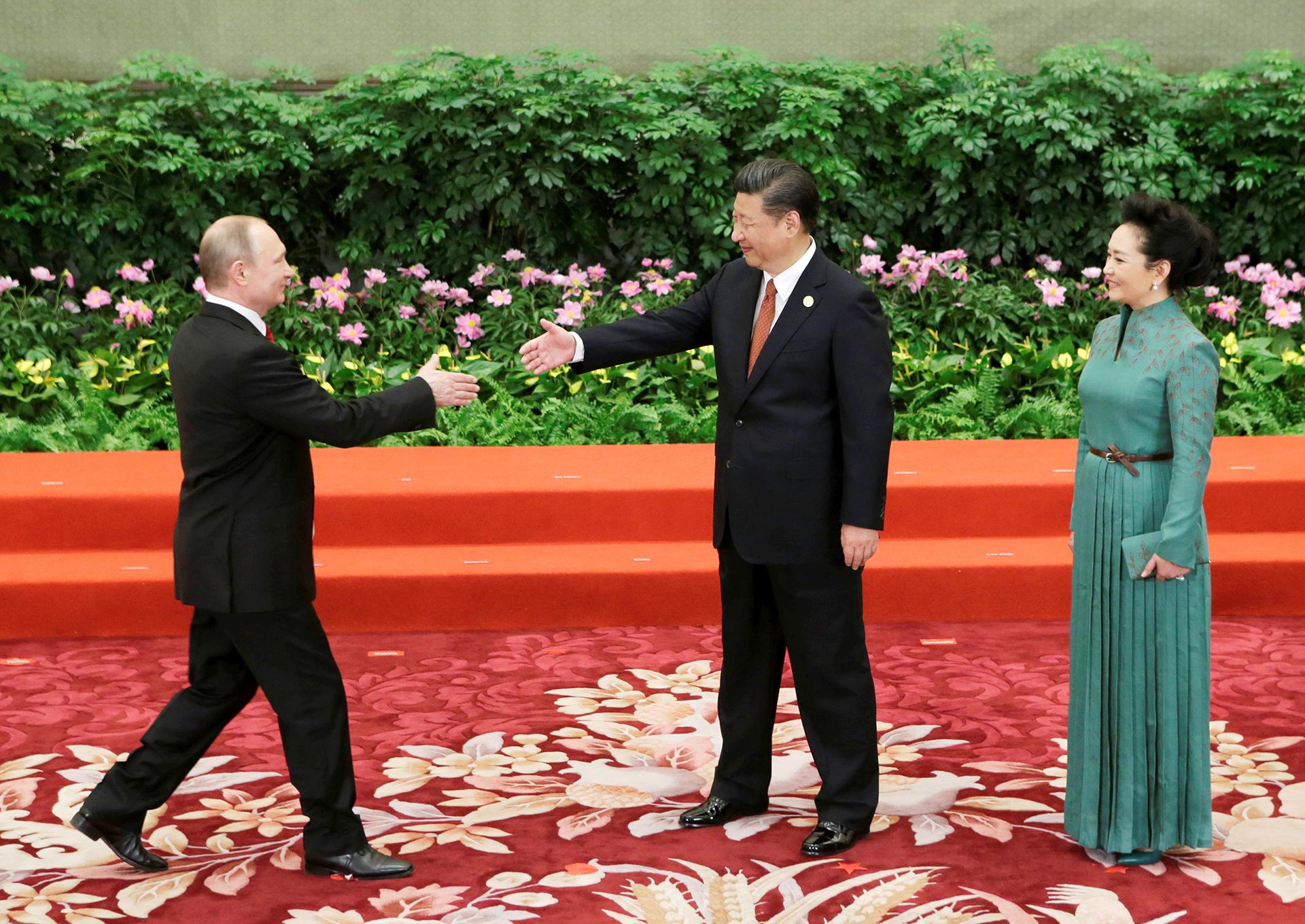 Xi Jinping, y su mujer Peng Liyuan saludando a Vladimir Putin