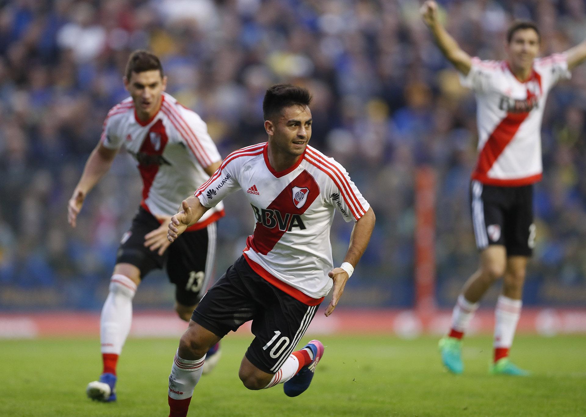 "Gonzalo ""Pity"" Martínez celebra después de anotar su gol"