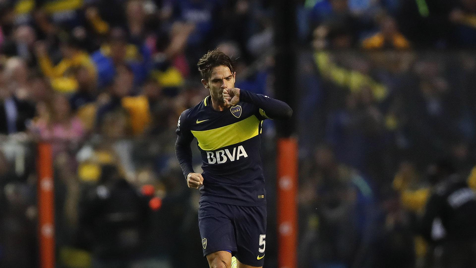 Fernando Gago celebra después de anotar el 1-2 contra River