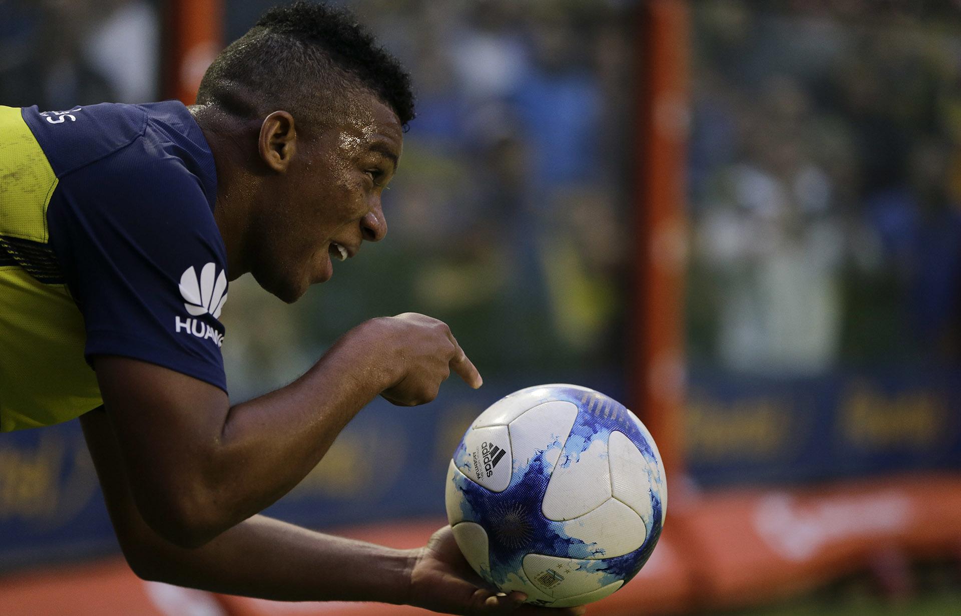 El defensor de Boca Frank Fabra hace señas a sus compañeros antes de iniciar una jugada