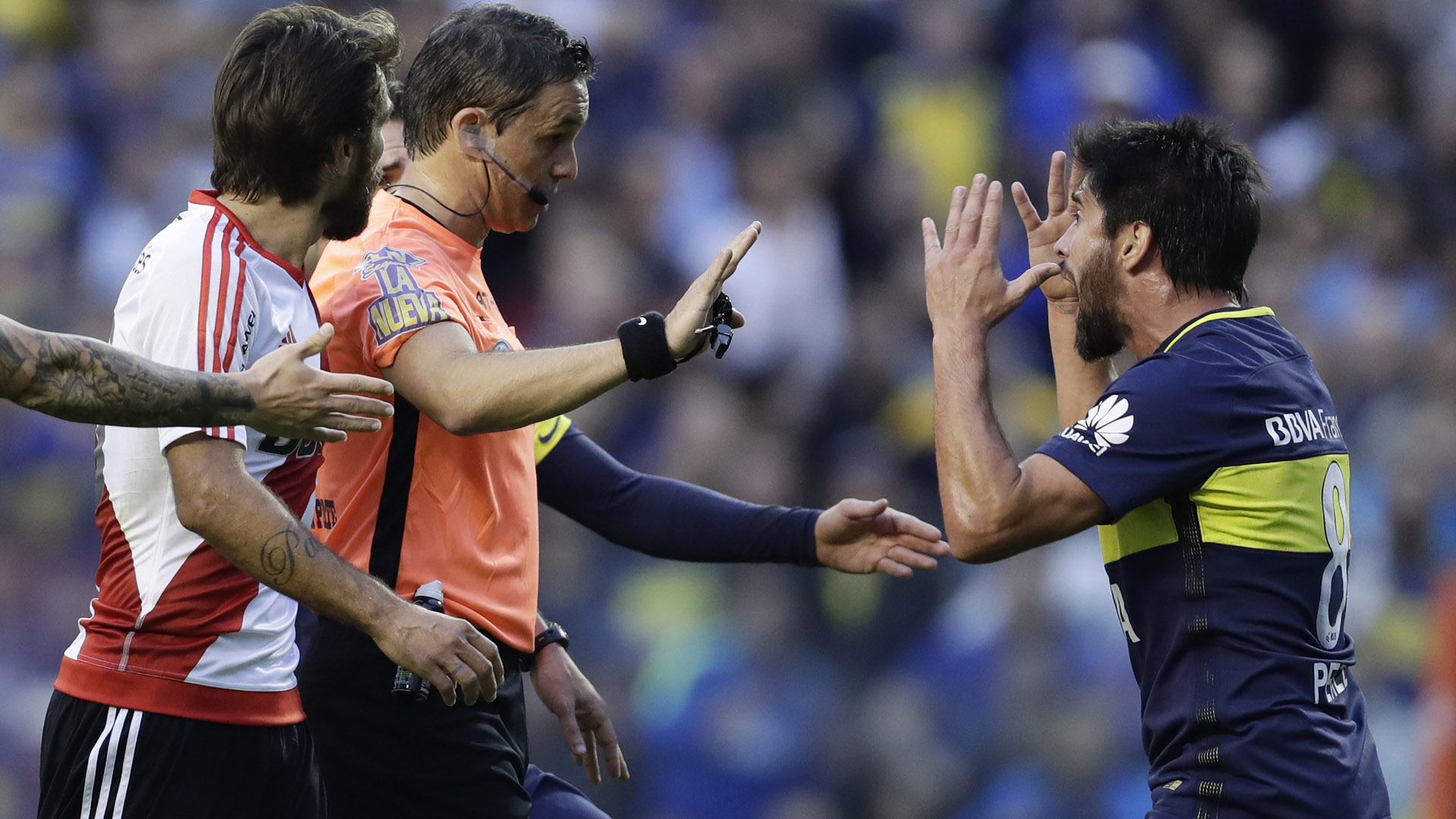 El mediocampista de Boca Pablo Pérez discute con el árbitro Patricio Loustau