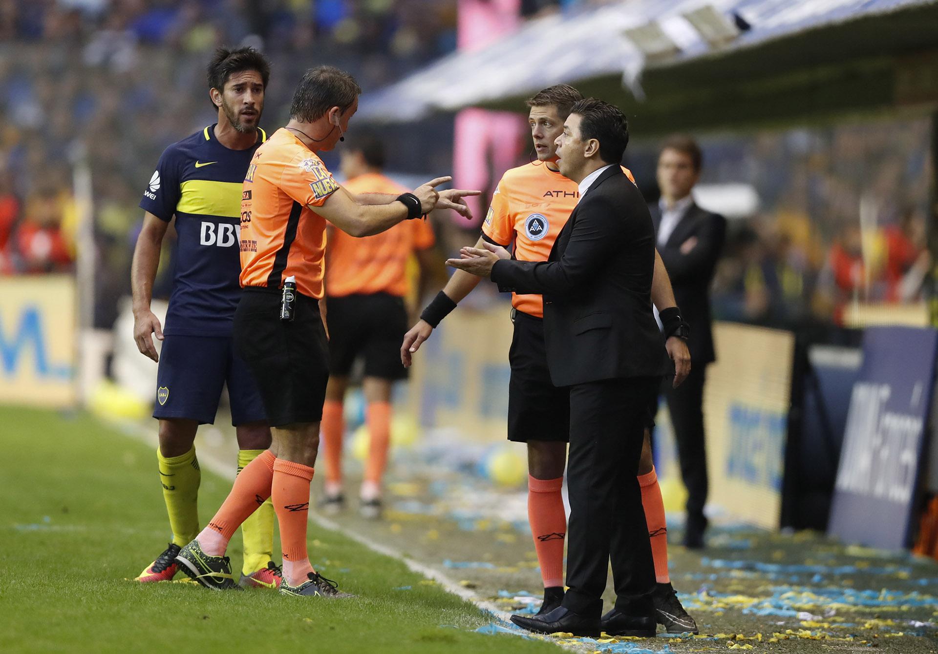 El entrenador de River, Marcelo Gallardo, discute con dos jueces de línea