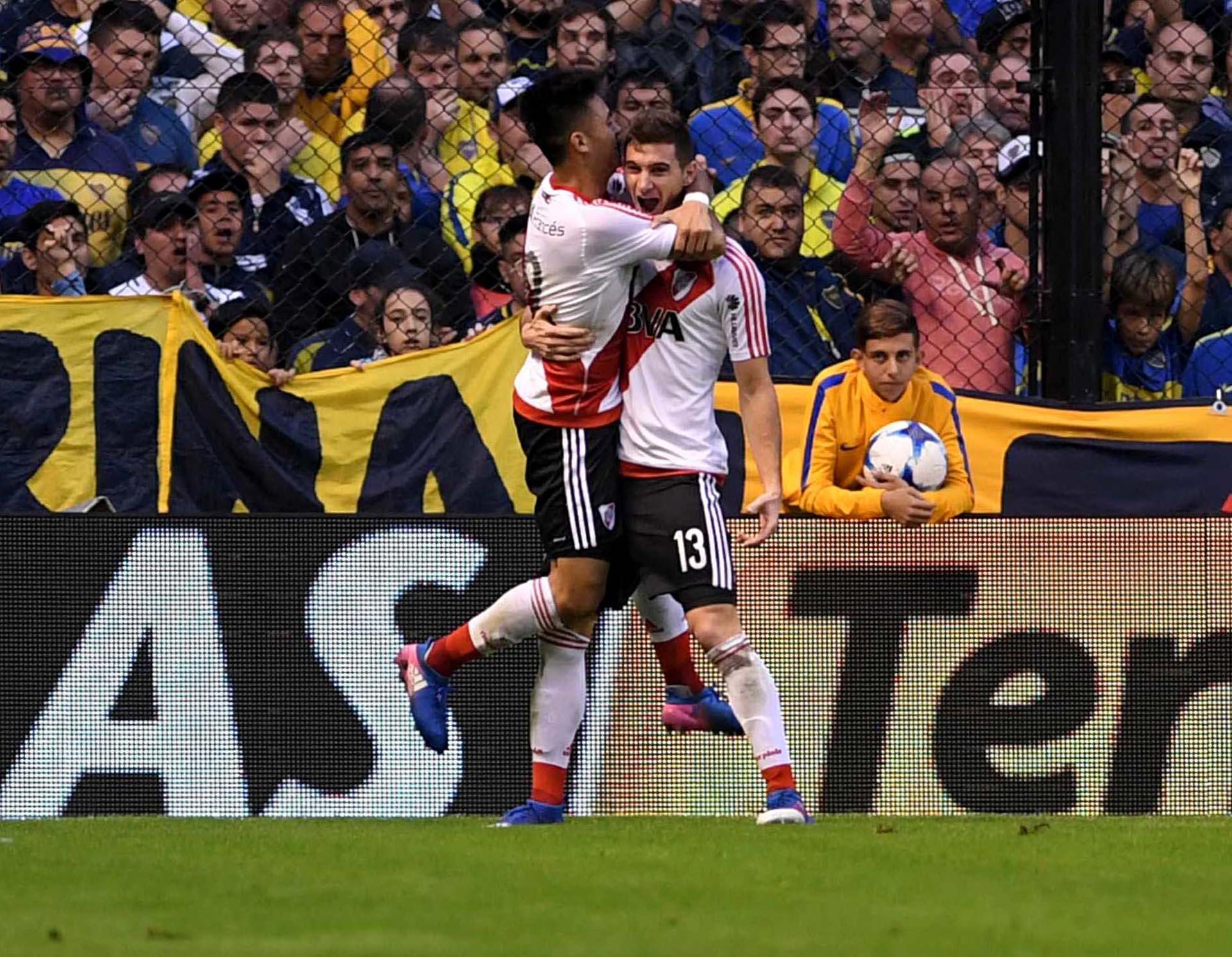 El ex jugador de Colón de Santa Fe Lucas Alario festeja su gol, el segundo de River