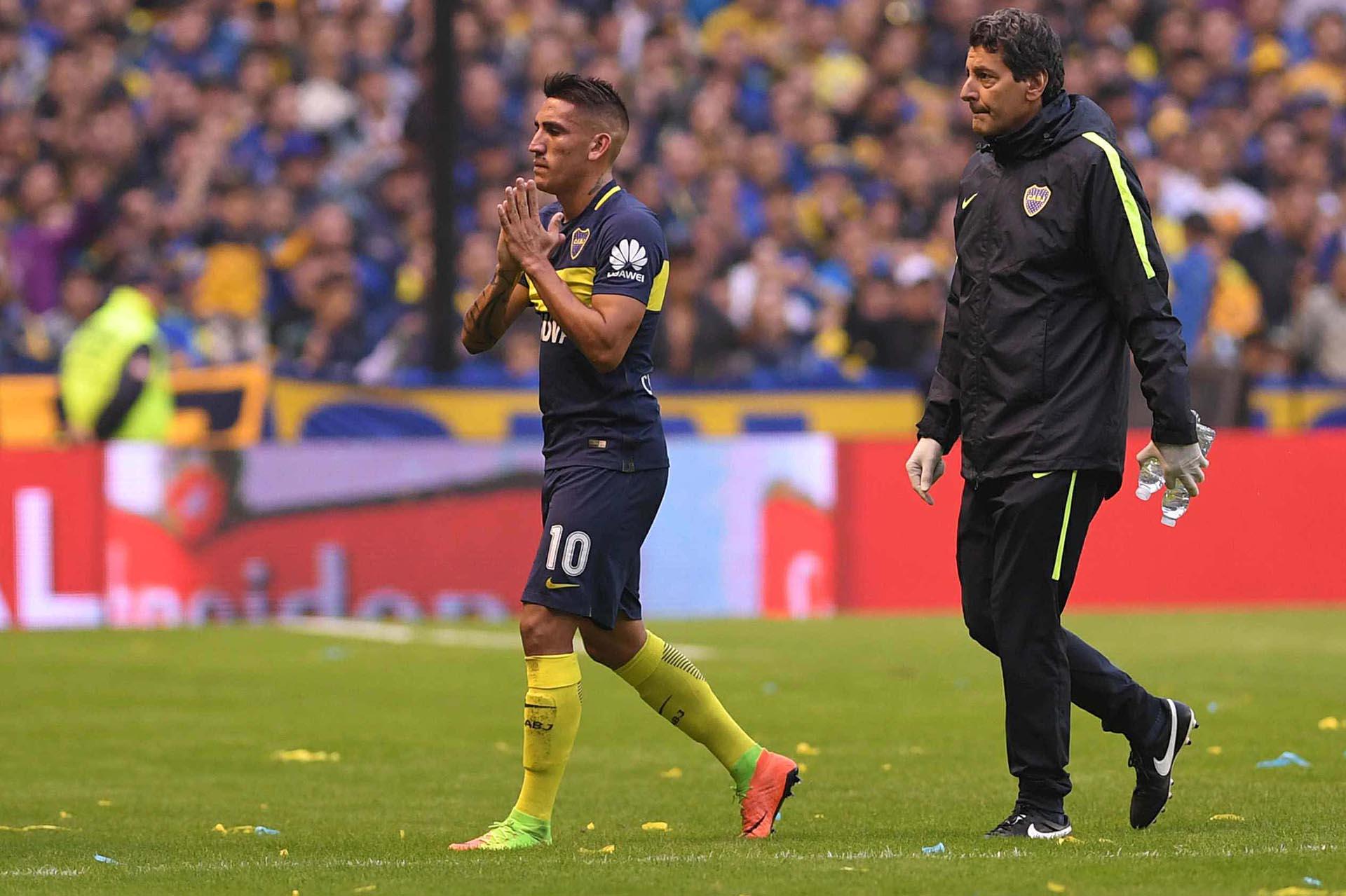 Ricardo Centurión se retira lesionado en los primeros minutos del primer tiempo del superclásico