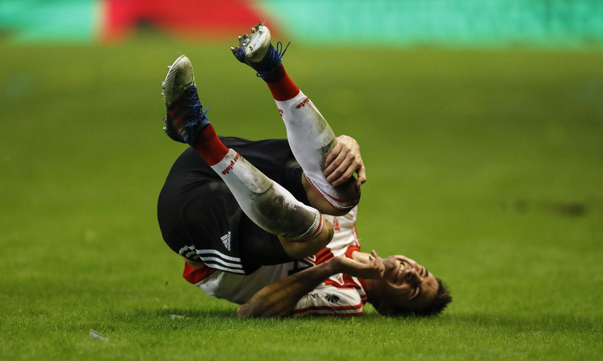 Lucas Alario se lamenta en el piso tras un choque con otro jugador