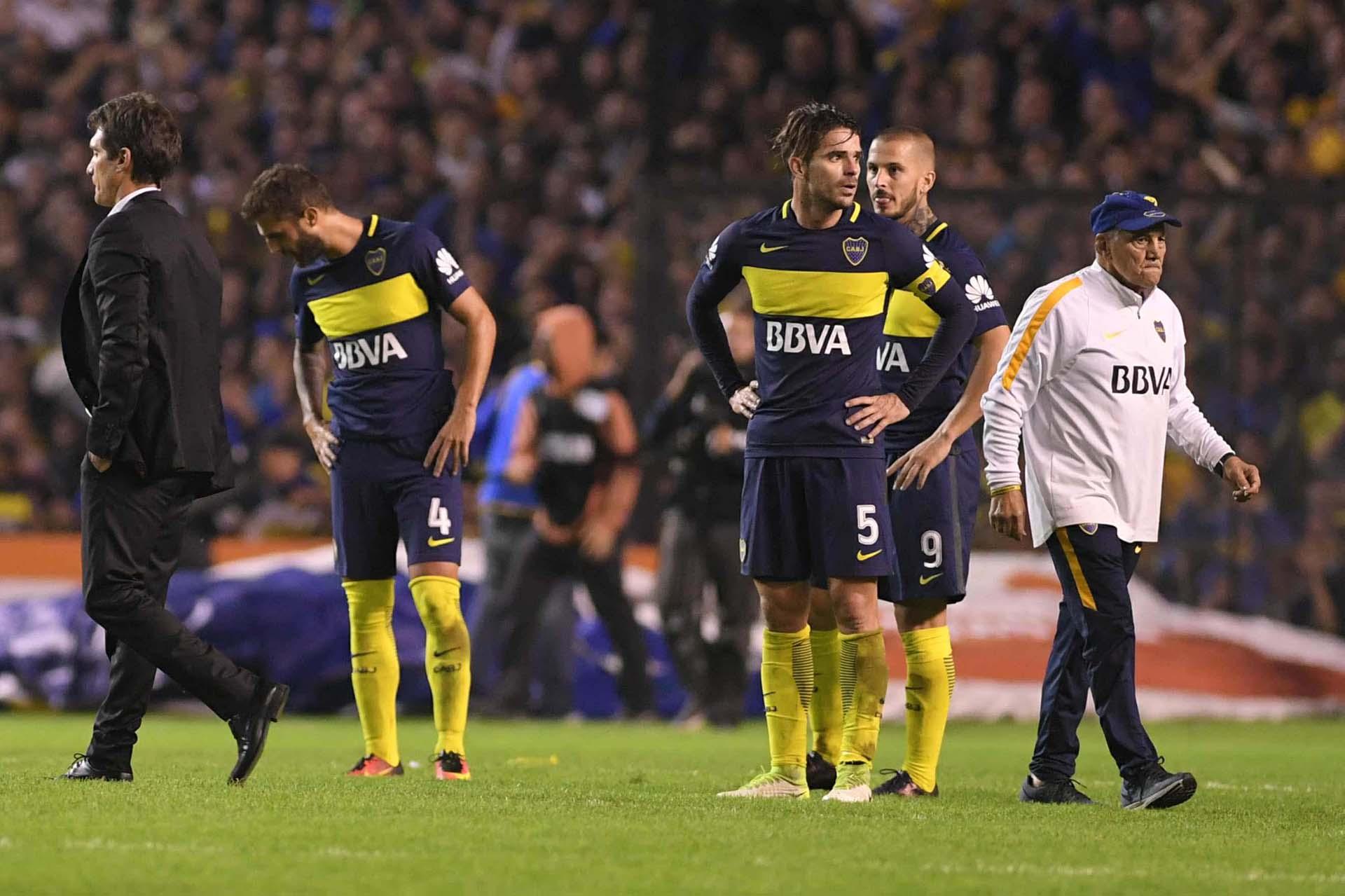 Silencio y caras largas entre los jugadores de Bocaal finalizar el Superclásico