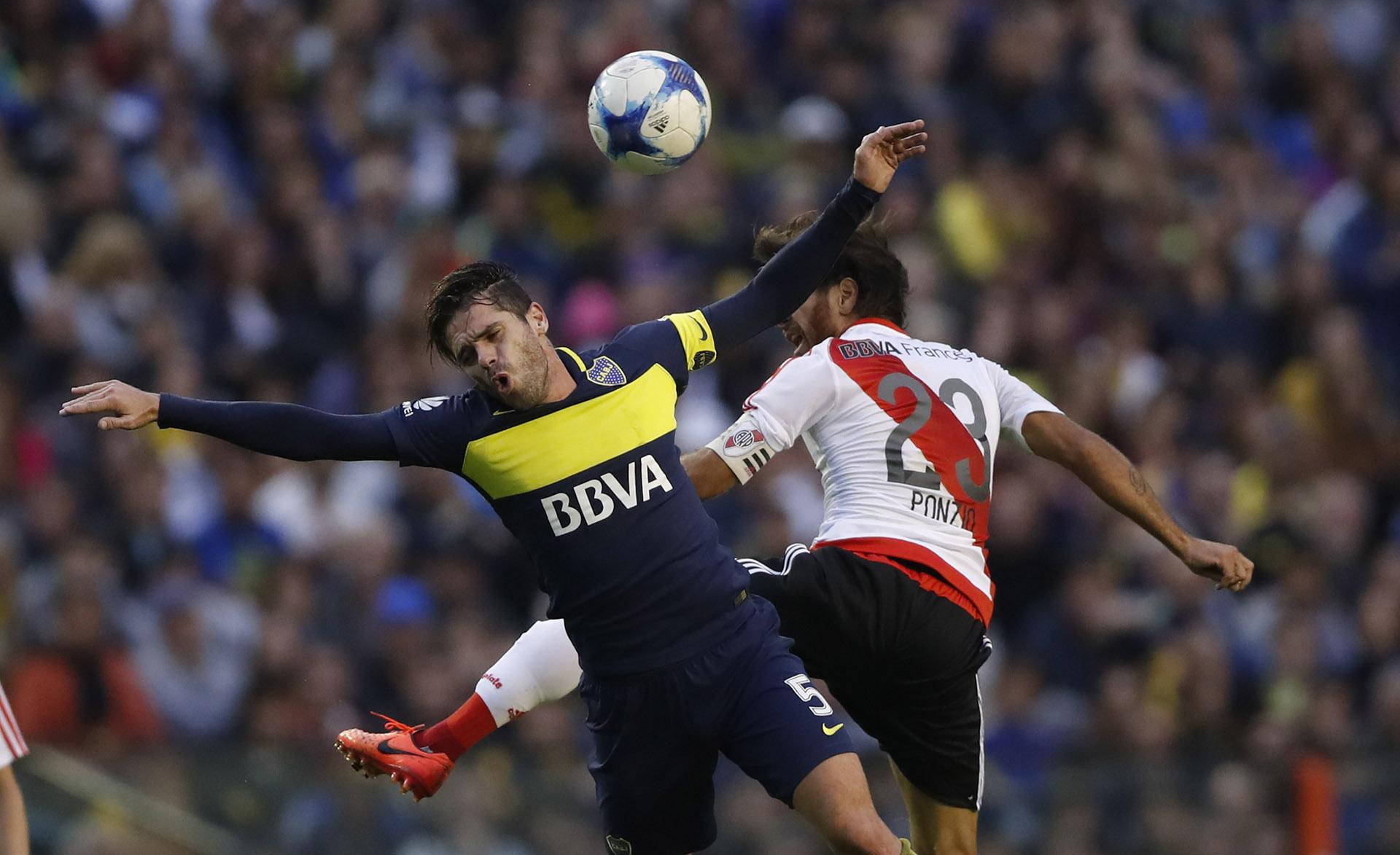 Fernando Gago choca violentamente con Leonardo Ponzio
