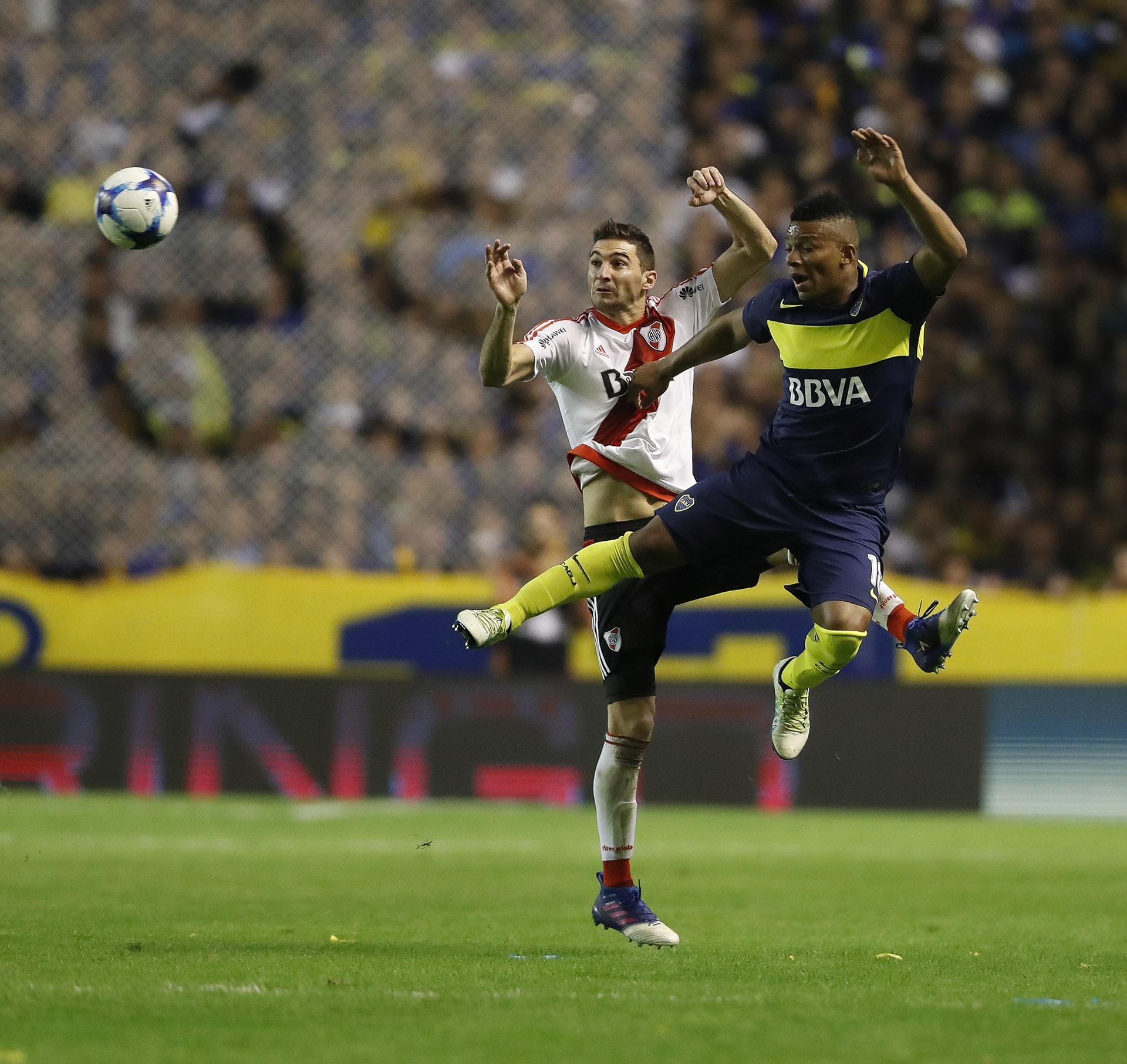Frank Fabra y Lucas Alario, en el aire