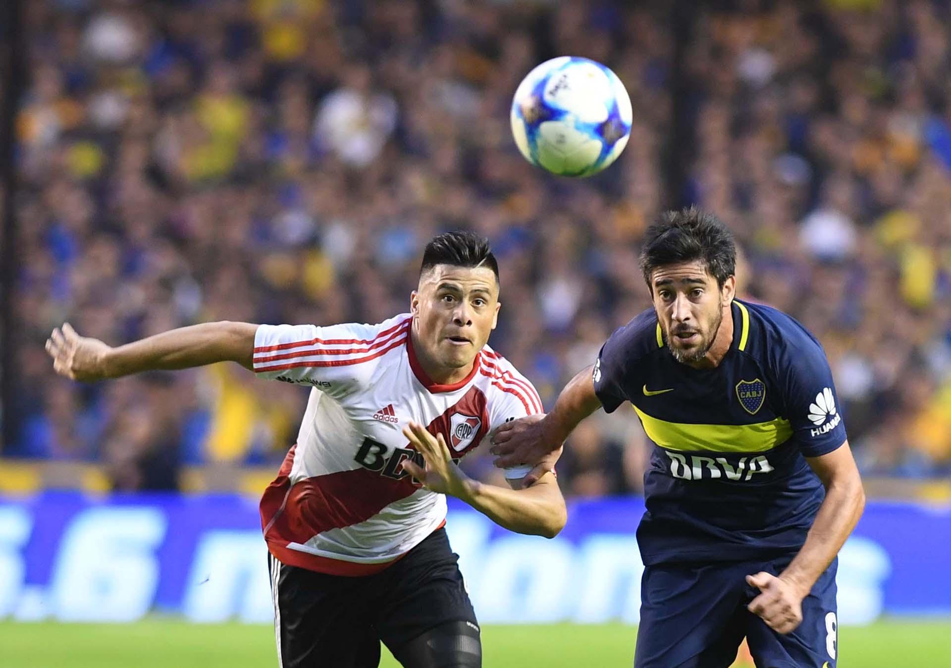 El riverplatense Jorge Moreira y el xeineze Pablo Pérez disputan el balón