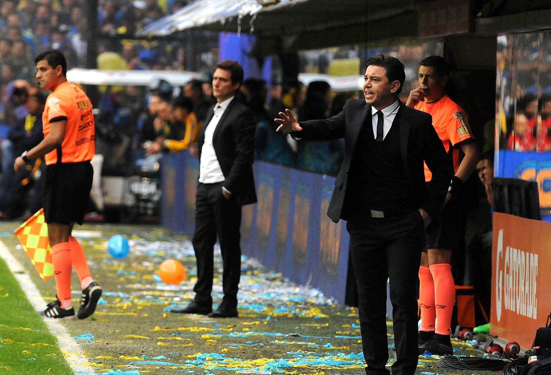 Los técnicos de River, Marcelo Gallardo, y de Boca, Guillermo Barros Schelotto, siguieron de pie todo el superclásico