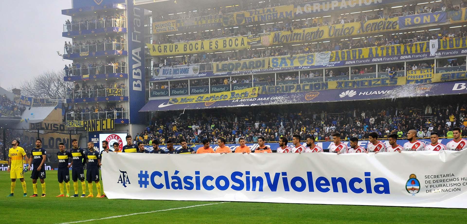 Los jugadores de ambos equipos se fotografiaron con una bandera que repudia la violencia en el fútbol