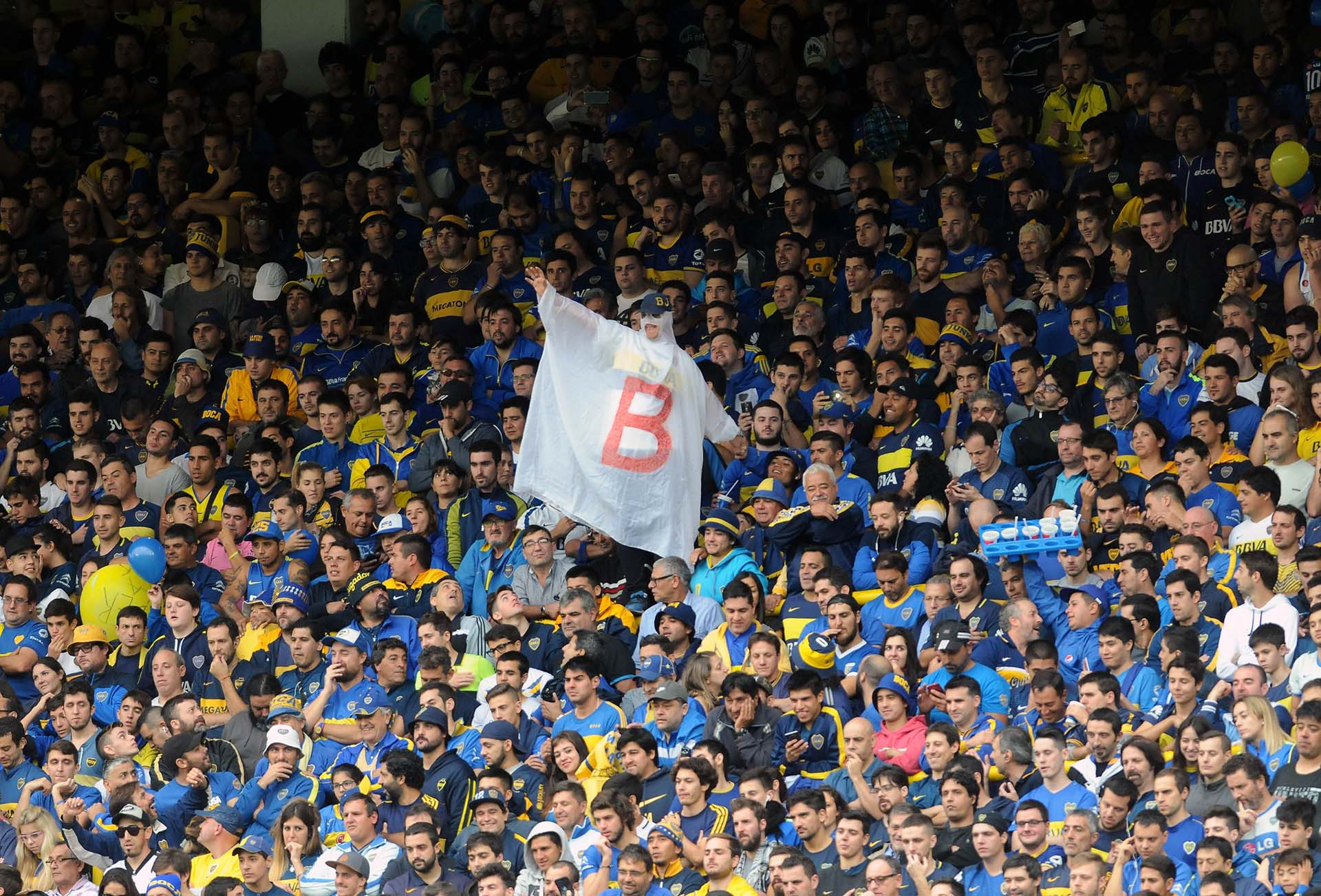 """El ya clásico """"Fantasma de la B"""", en la tribuna de Boca"""