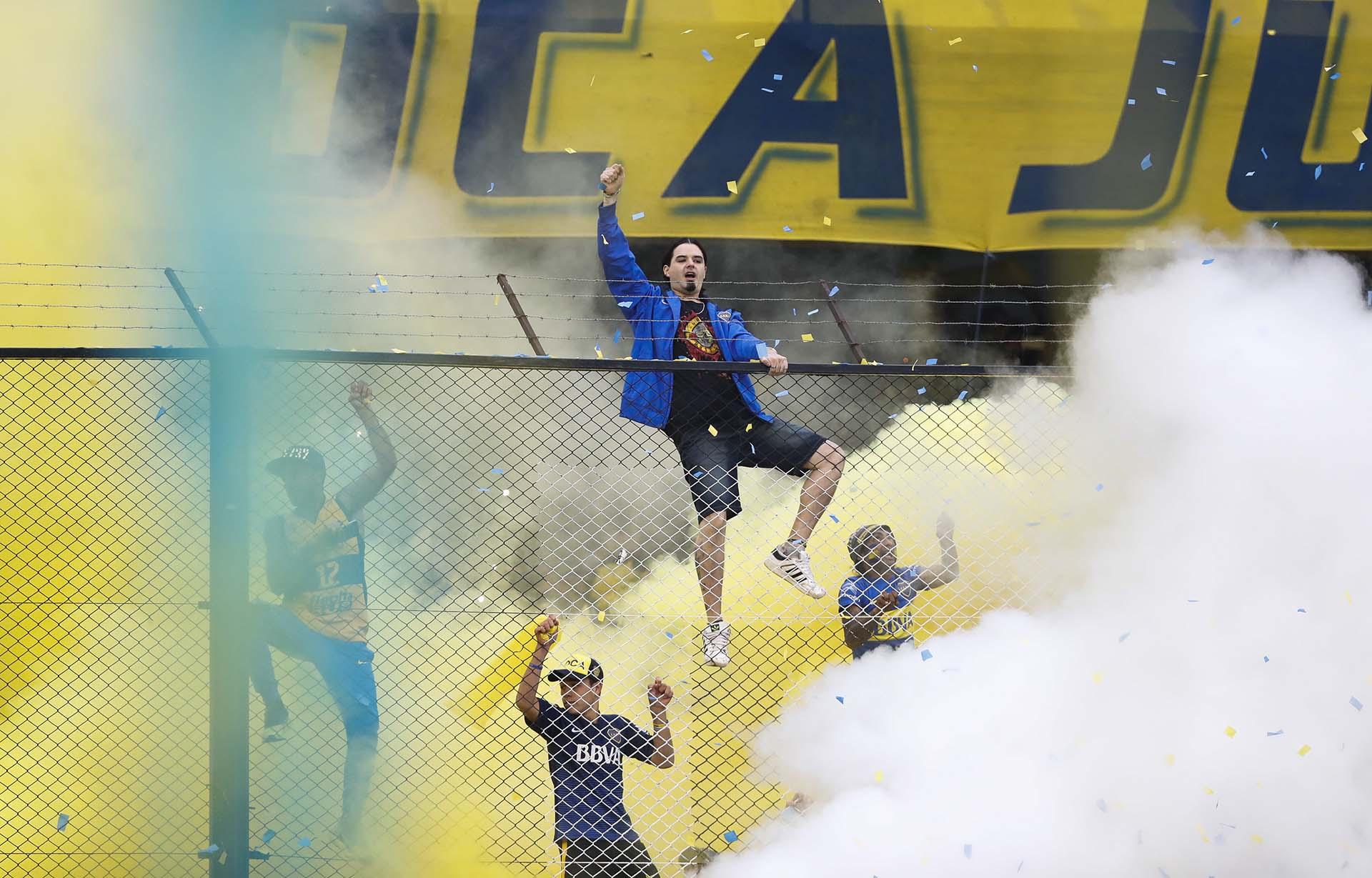 Sin papelitos pero con humo de colores, la hinchada de Bocarecibió a su equipo