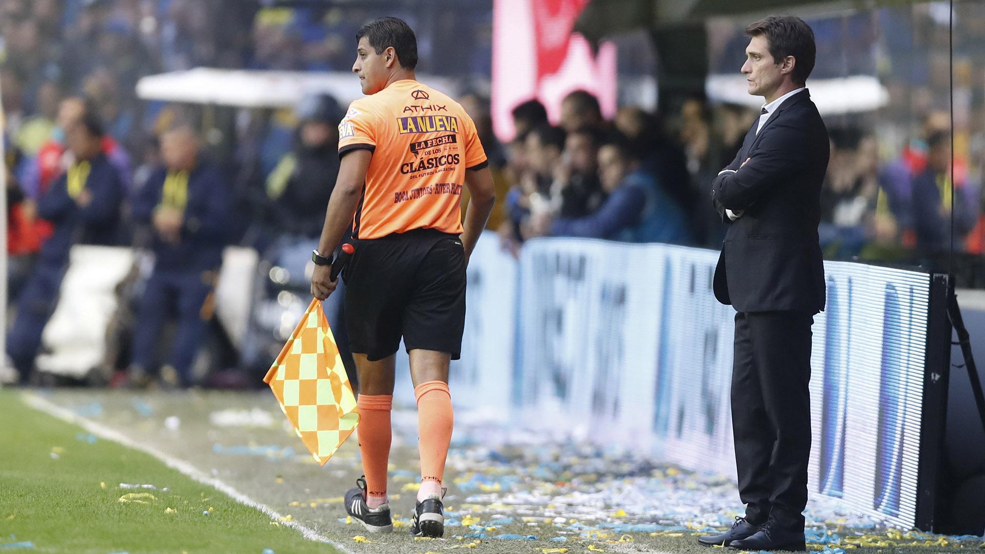 Muy serio, el entrenador de Boca Guillermo Barros Schelotto observa elpartido