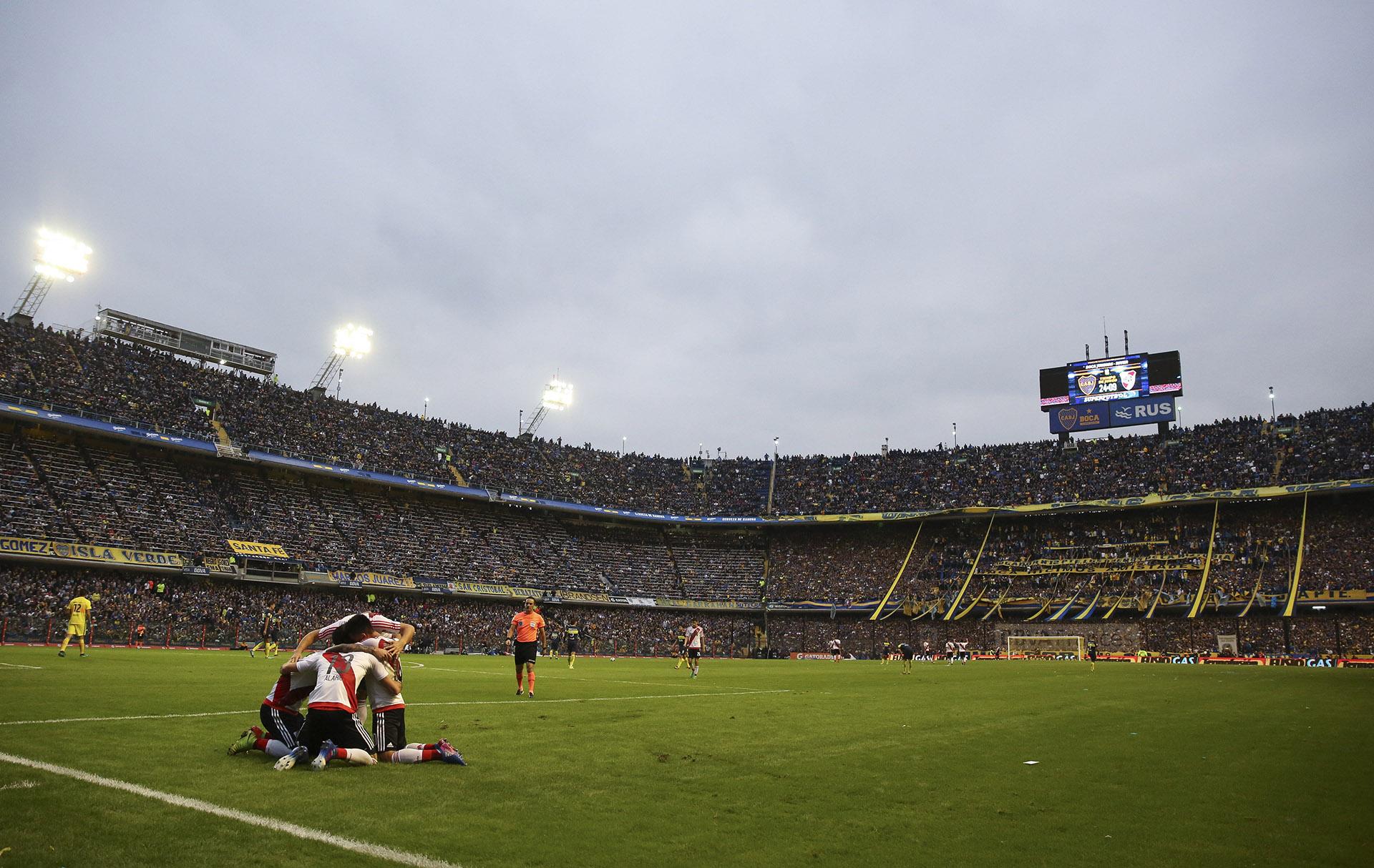 Jugadores del River celebran el segundo gol ante Boca