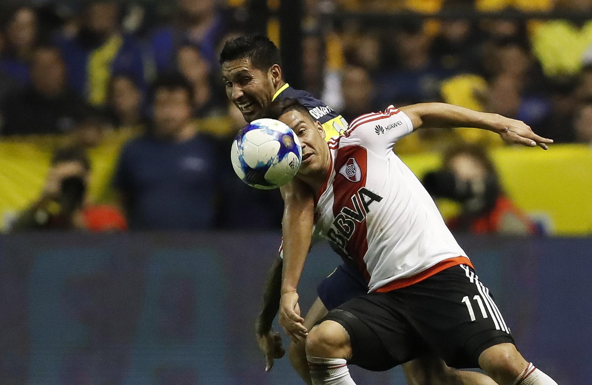 El xeneize Juan Insaurralde, en una jugada trabada con Sebastián Driussi