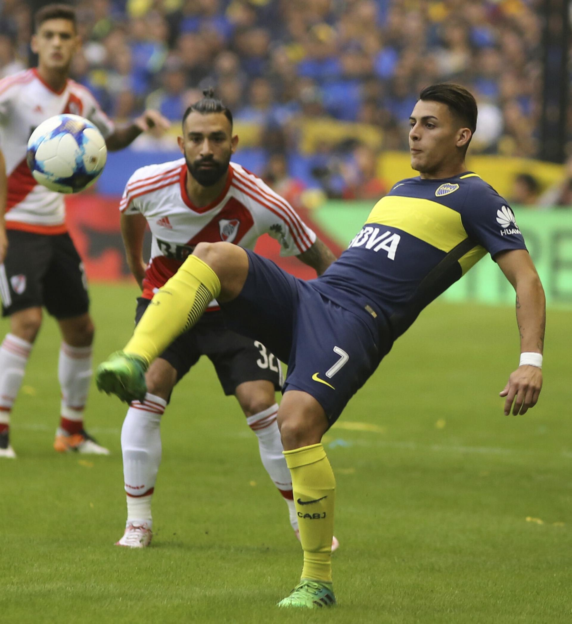 Ariel Rojas observa a Cristian Pavón dominar la pelota