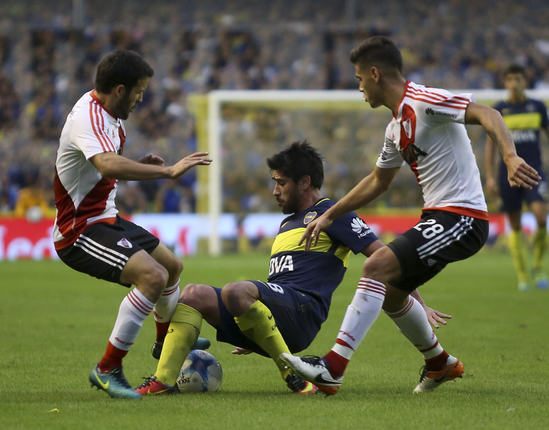 Pablo Pérez se desploma entre medio de sus rivales Camilo Mayada y Lucas Martínez Quarta
