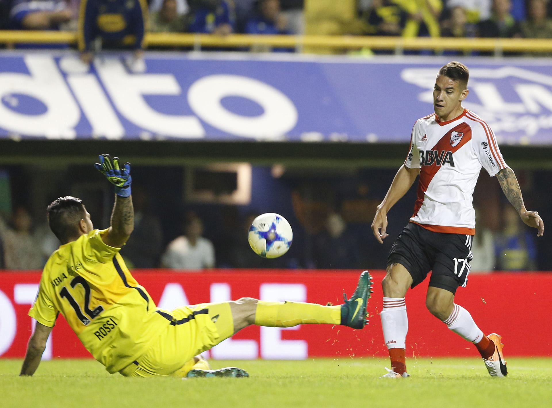 El arquero Agustín Rossi tapa el remate de Carlos Auzqui