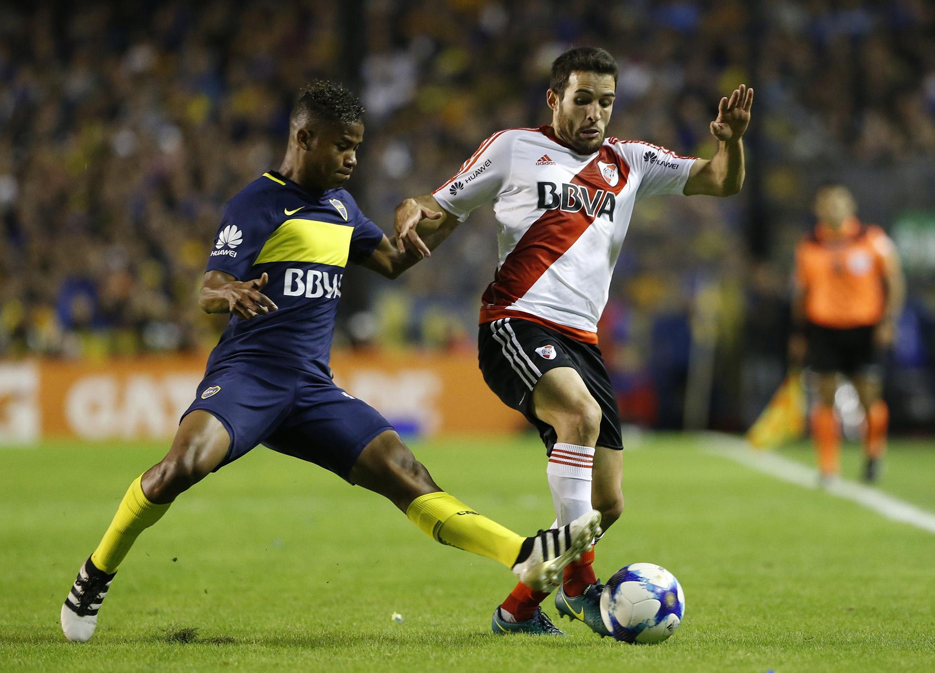 Camilo Mayada yWilmar Barrios pelean la pelota pegados a la línea