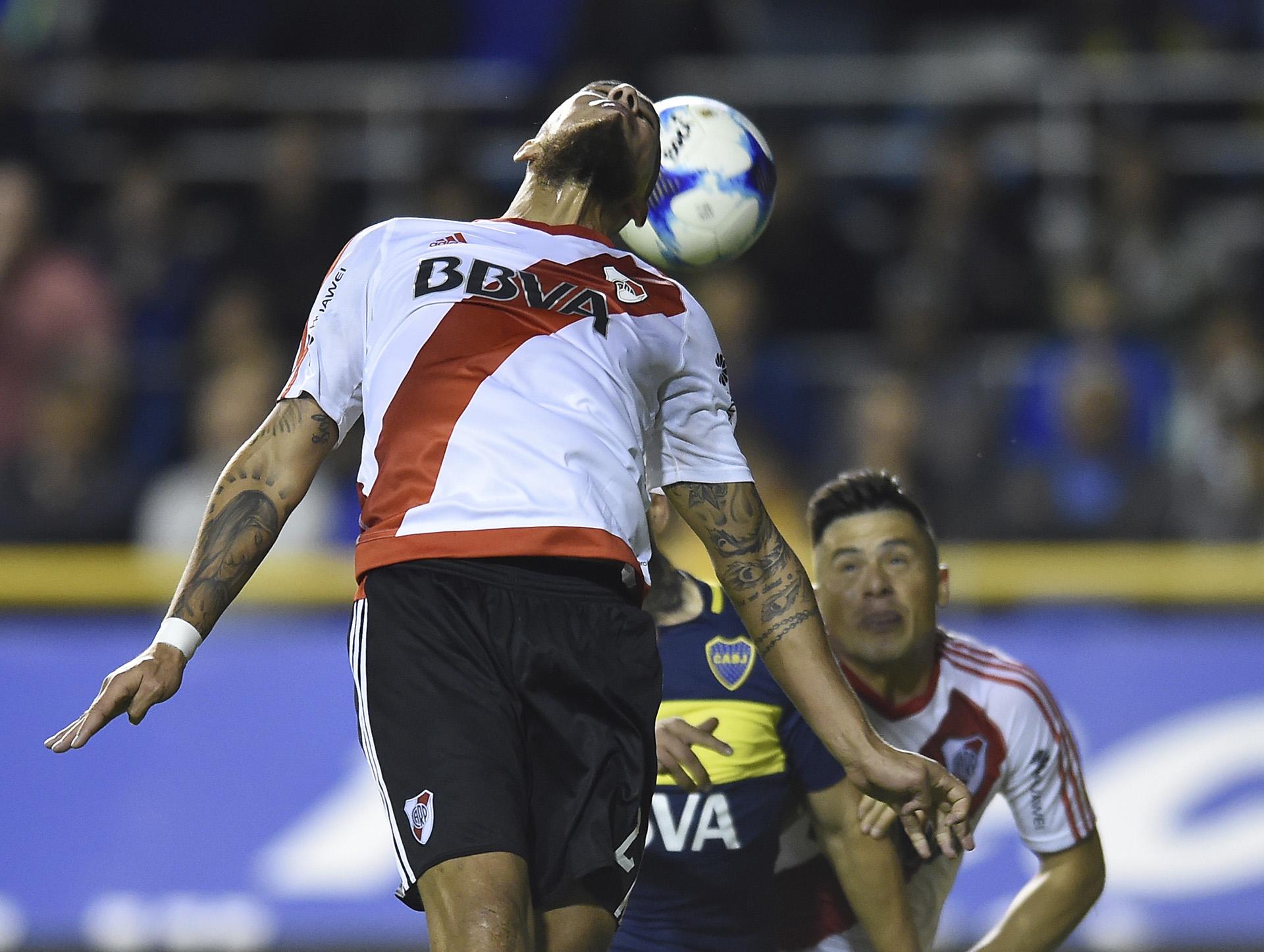 Jonatan Maidana intenta cabecear la pelota en un partido vibrante en el que se pelearon todos los balones