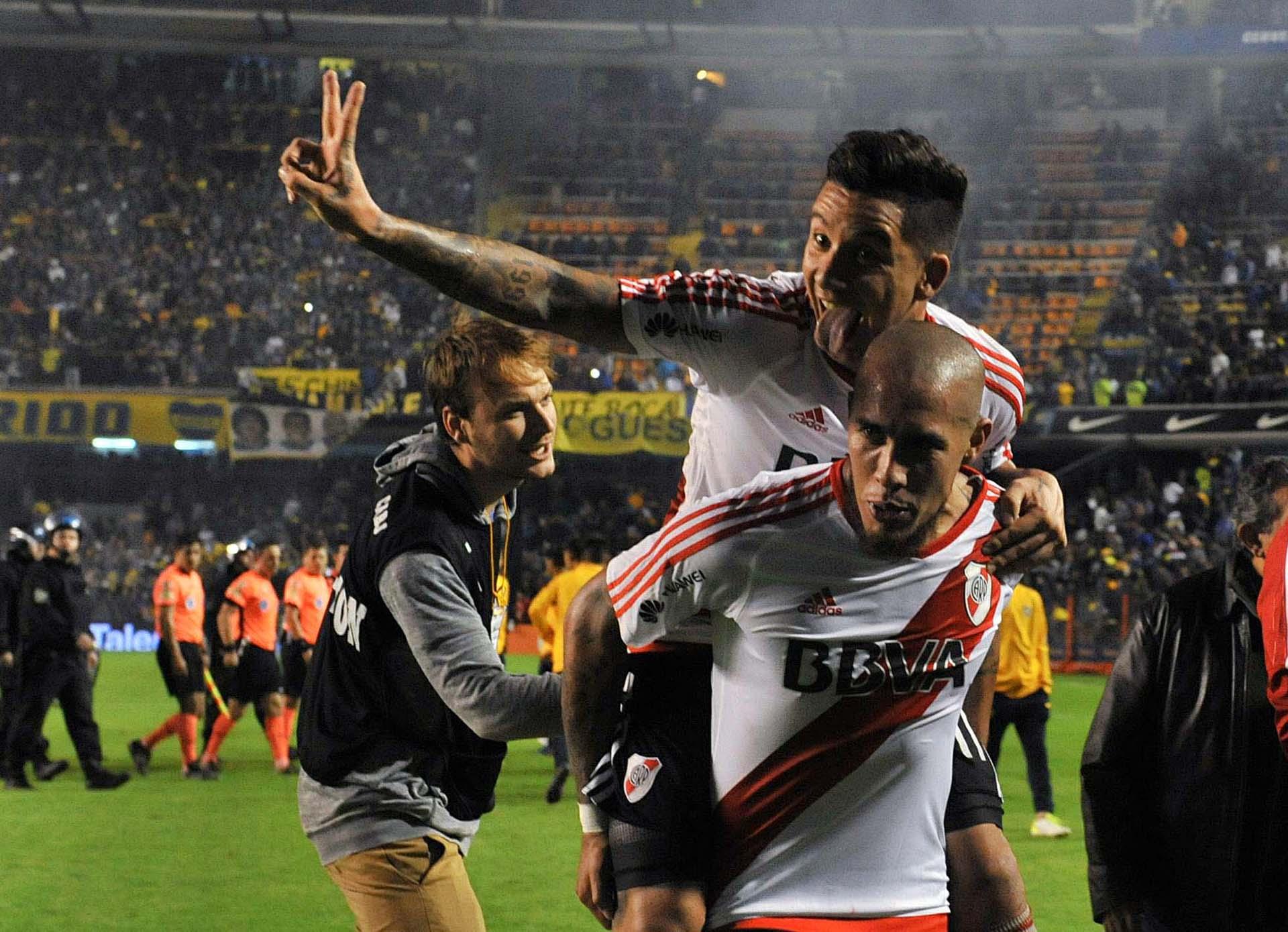 La V de la victoria para Sebastián Driussi y Camilo Mayada