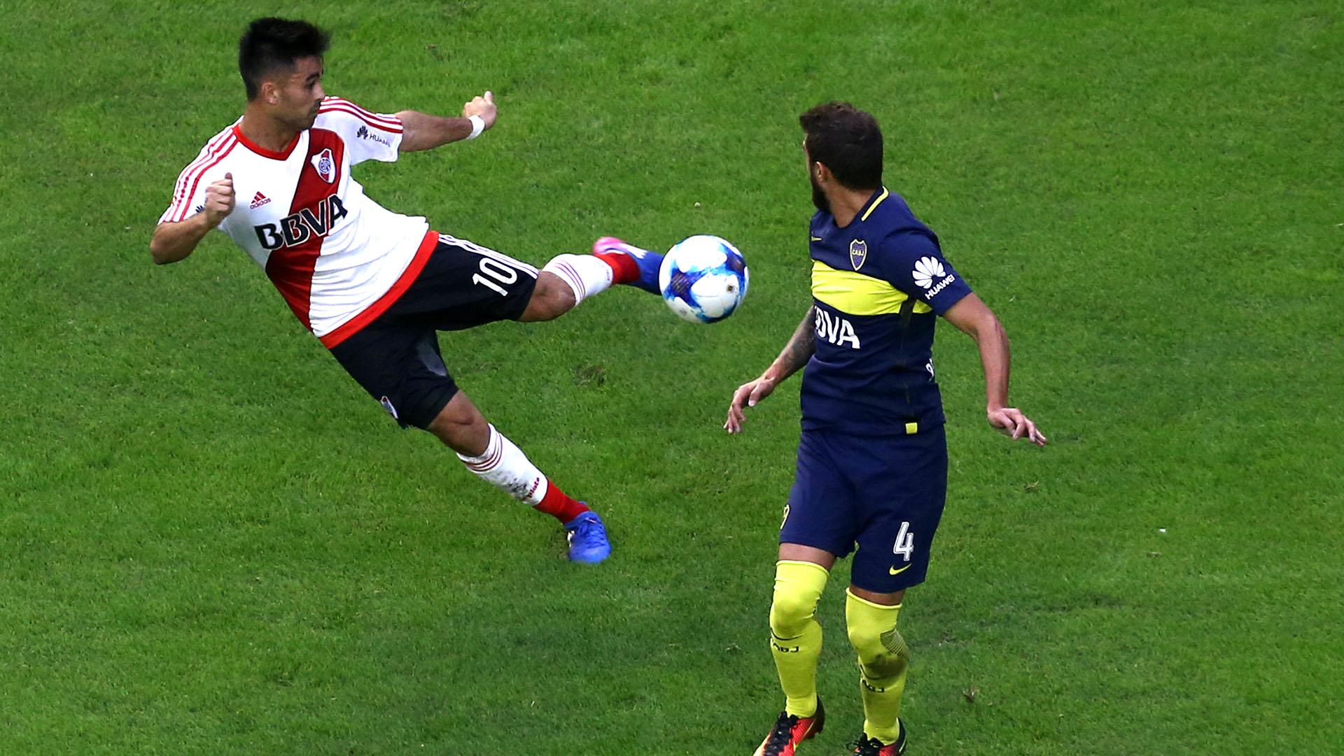 El gol de Pity Martínez a espaldas de Gino Peruzzi en un Superclásico entre Boca y River de 2017 (REUTERS)