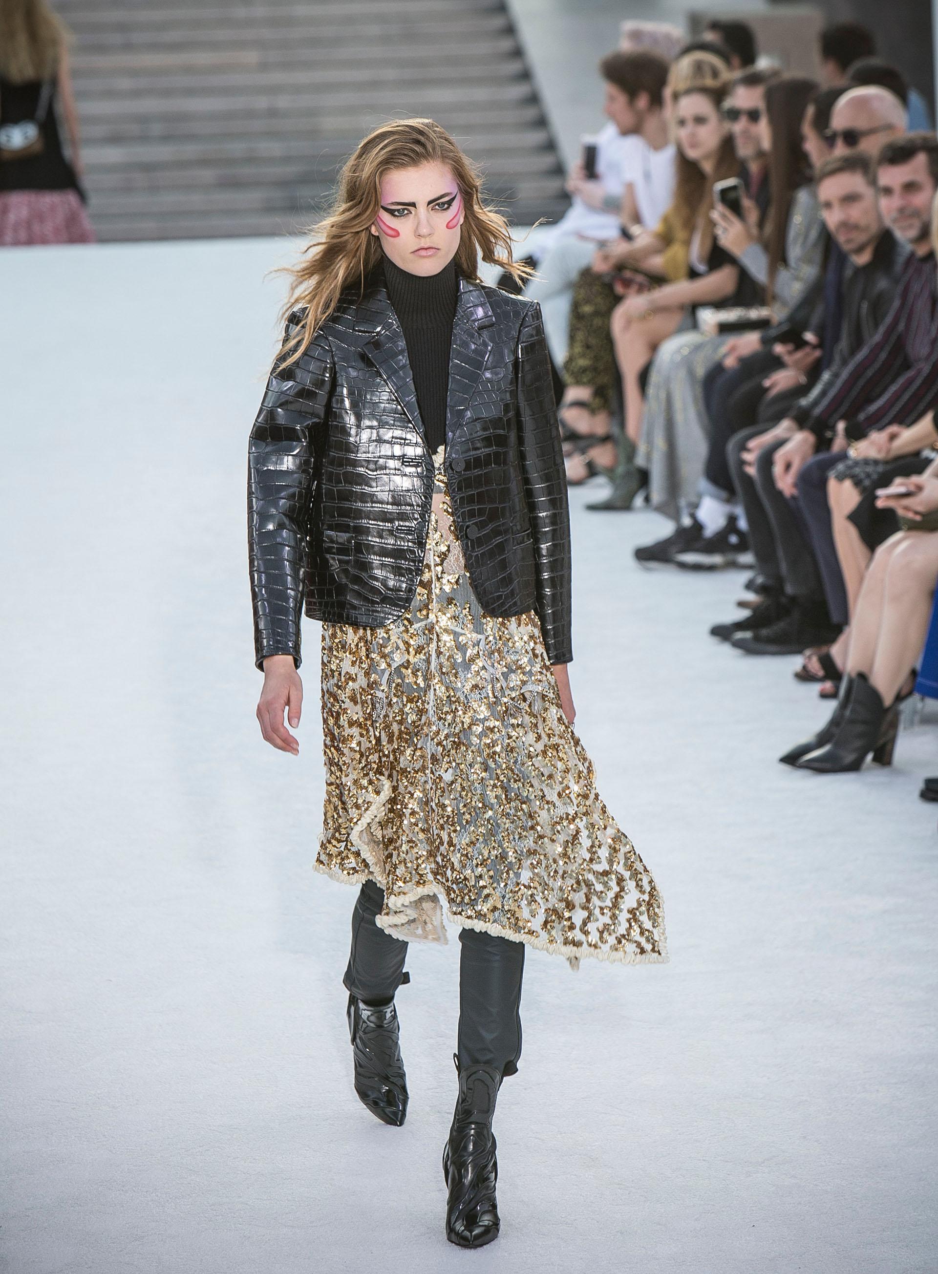 Con referencias niponas, Vuitton, desplegó 55 look en la pasarela nipona. Utilizó el brillo como nexo conector de su colección colmado por vestidos de lentejuelas y prendas superpuestas