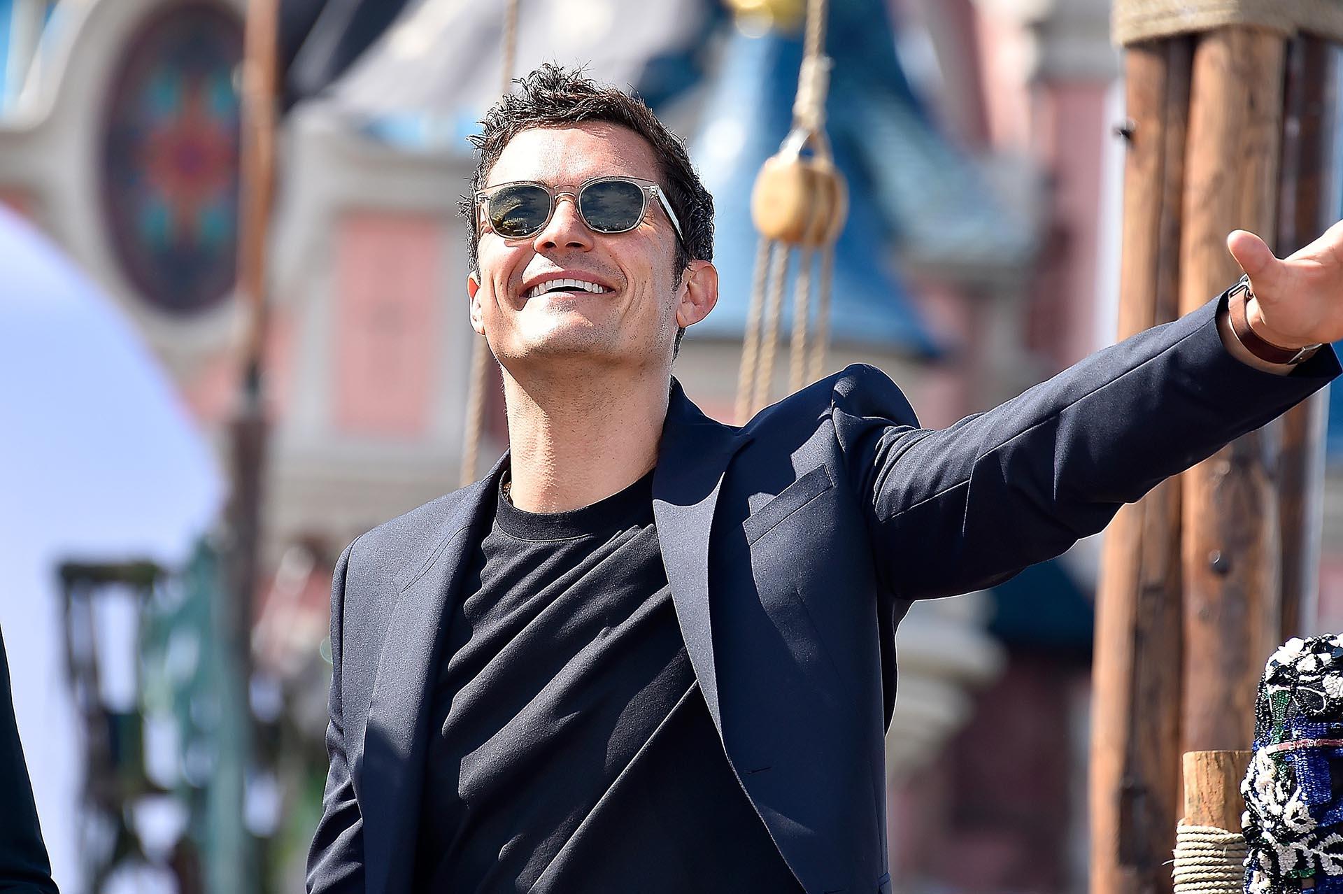 Orlando Bloom saludando al público que se acercó a conocer a los protagonistas de la película