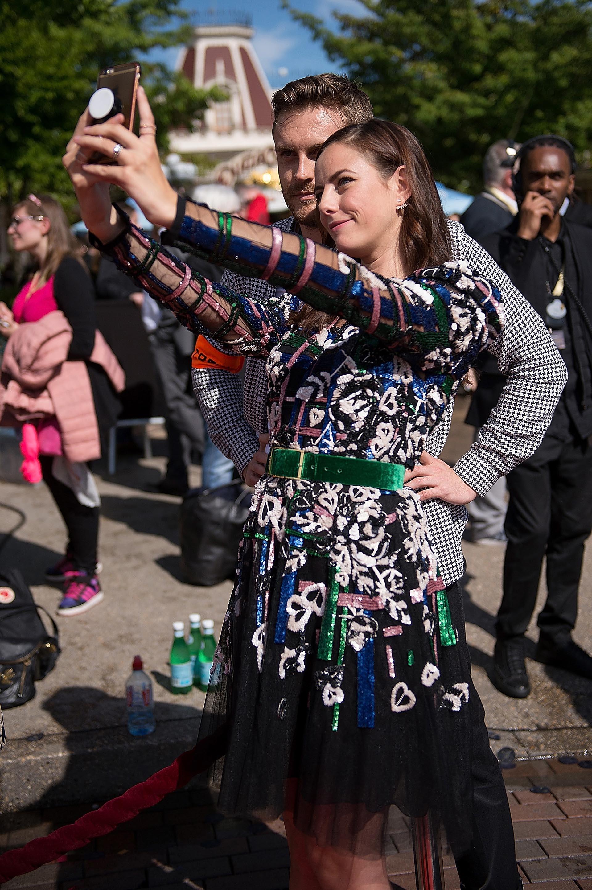 Simpática y sencilla, Kaya saludó a sus fanáticos y se divirtió tomándose selfies en plena red carpet