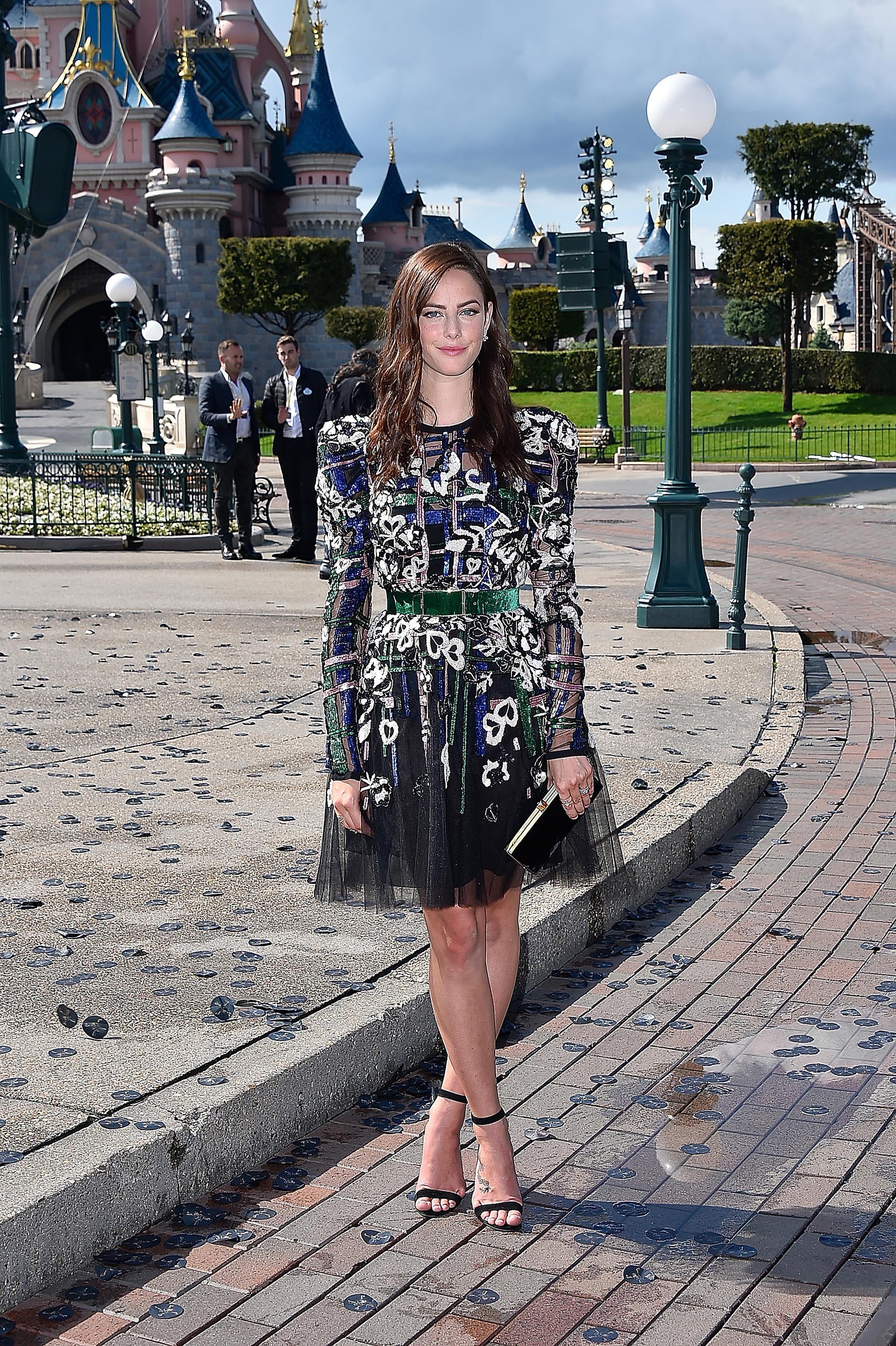 Kaya Scodelario, la protagonista femenina de la película, se destacó por su belleza y lució su esbelta figura con un vestido estampado