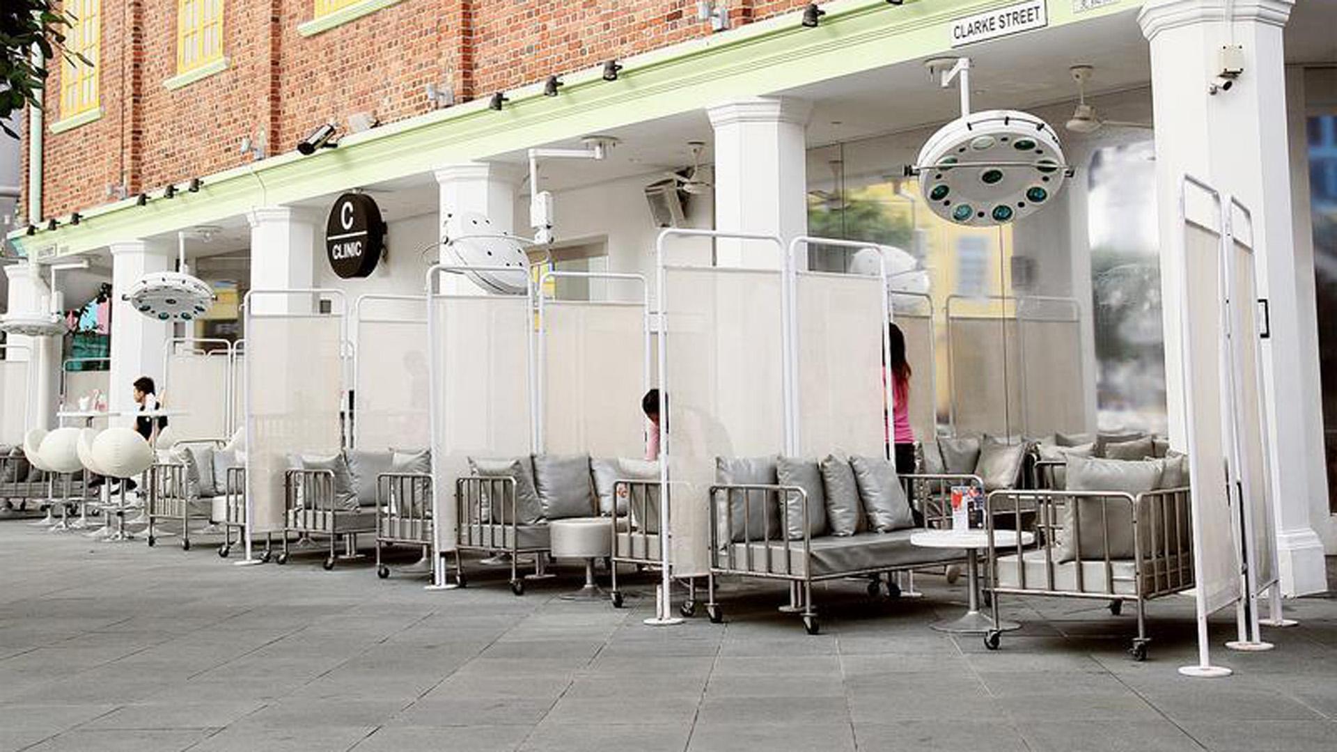 Uno de los mejores lugares para comer en Singapore con elementos que representan una clínica es furor
