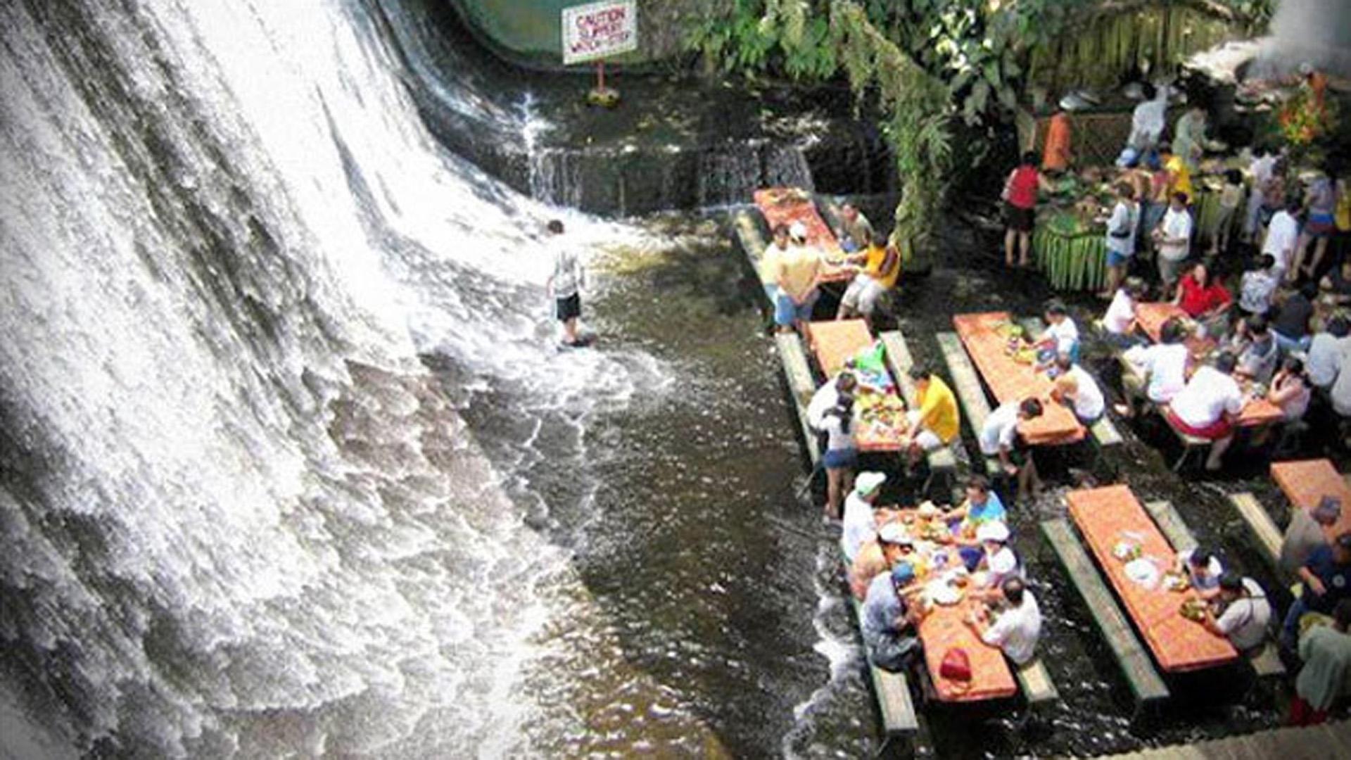 Con la cascada en sus pies, este restaurante de Filipinas, parte de un complejo, está ubicada en el centro de una plantación de cocos.
