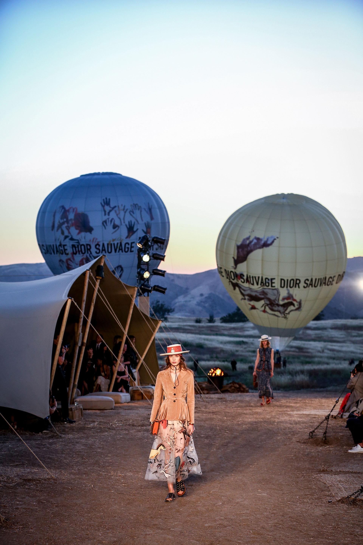 La espectacular puesta en escena del desfile crucero de Dior en medio del desierto