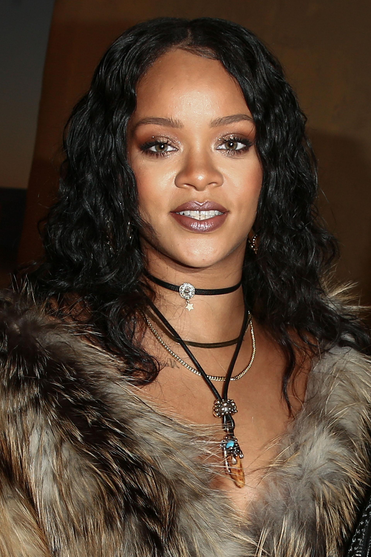 Rihanna fue la gran estrella de la tarde y acaparó todas las miradas con su look: abrigo de zorro con jeans y botas negras